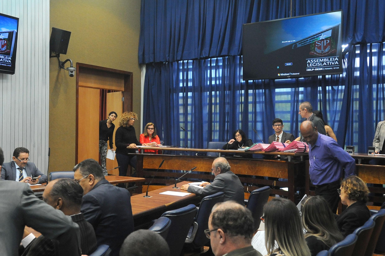 Comissão de Constituição, Justiça e Redação<a style='float:right' href='https://www3.al.sp.gov.br/repositorio/noticia/N-04-2018/fg221476.jpg' target=_blank><img src='/_img/material-file-download-white.png' width='14px' alt='Clique para baixar a imagem'></a>