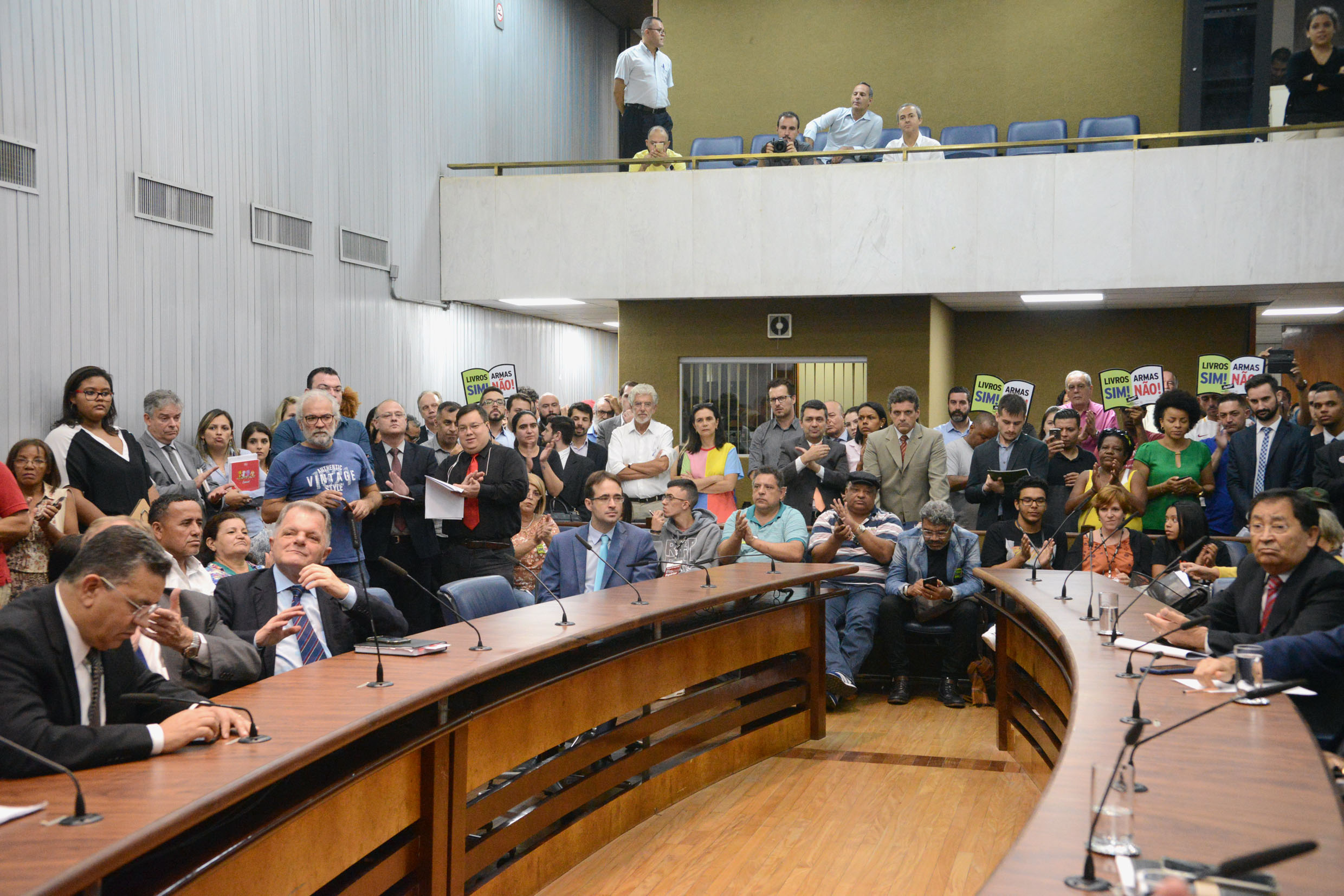 Parlamentares na comissão <a style='float:right' href='https://www3.al.sp.gov.br/repositorio/noticia/N-04-2019/fg232822.jpg' target=_blank><img src='/_img/material-file-download-white.png' width='14px' alt='Clique para baixar a imagem'></a>