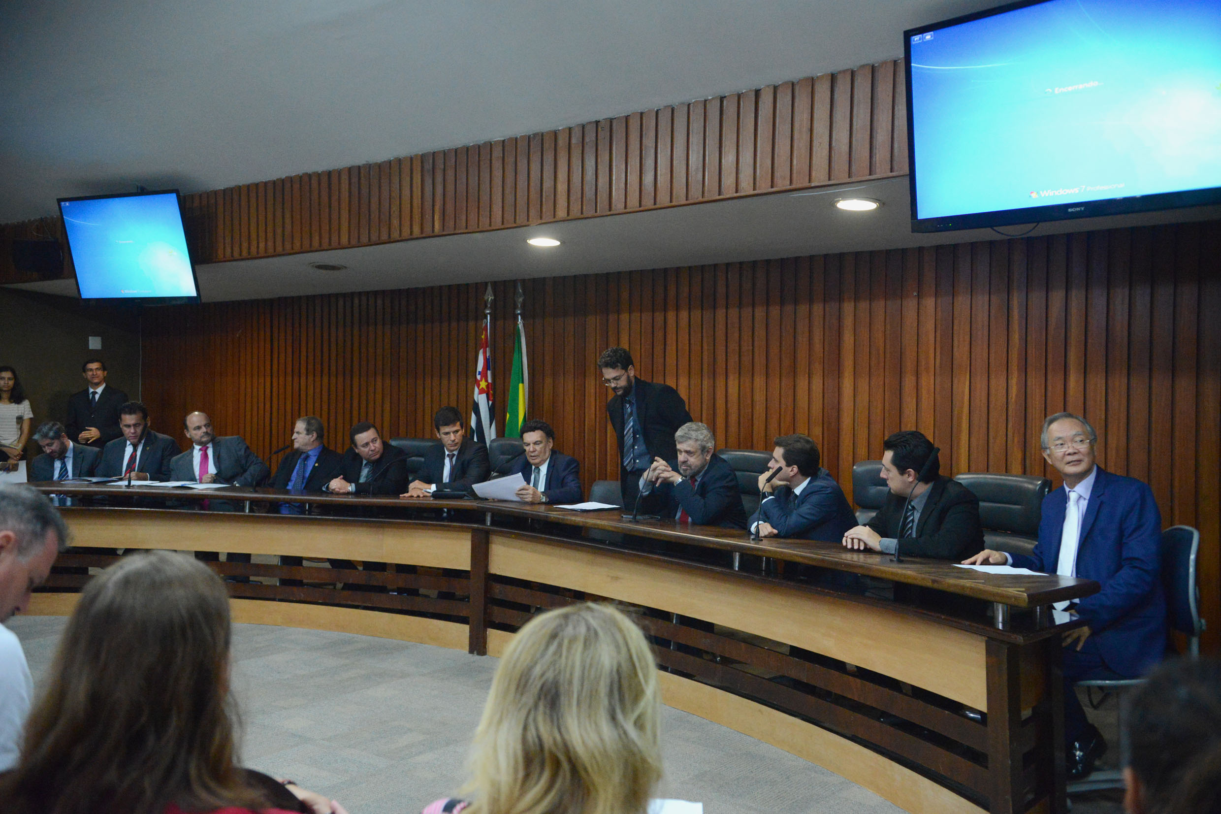 Parlamentares na comissão<a style='float:right' href='https://www3.al.sp.gov.br/repositorio/noticia/N-04-2019/fg232923.jpg' target=_blank><img src='/_img/material-file-download-white.png' width='14px' alt='Clique para baixar a imagem'></a>
