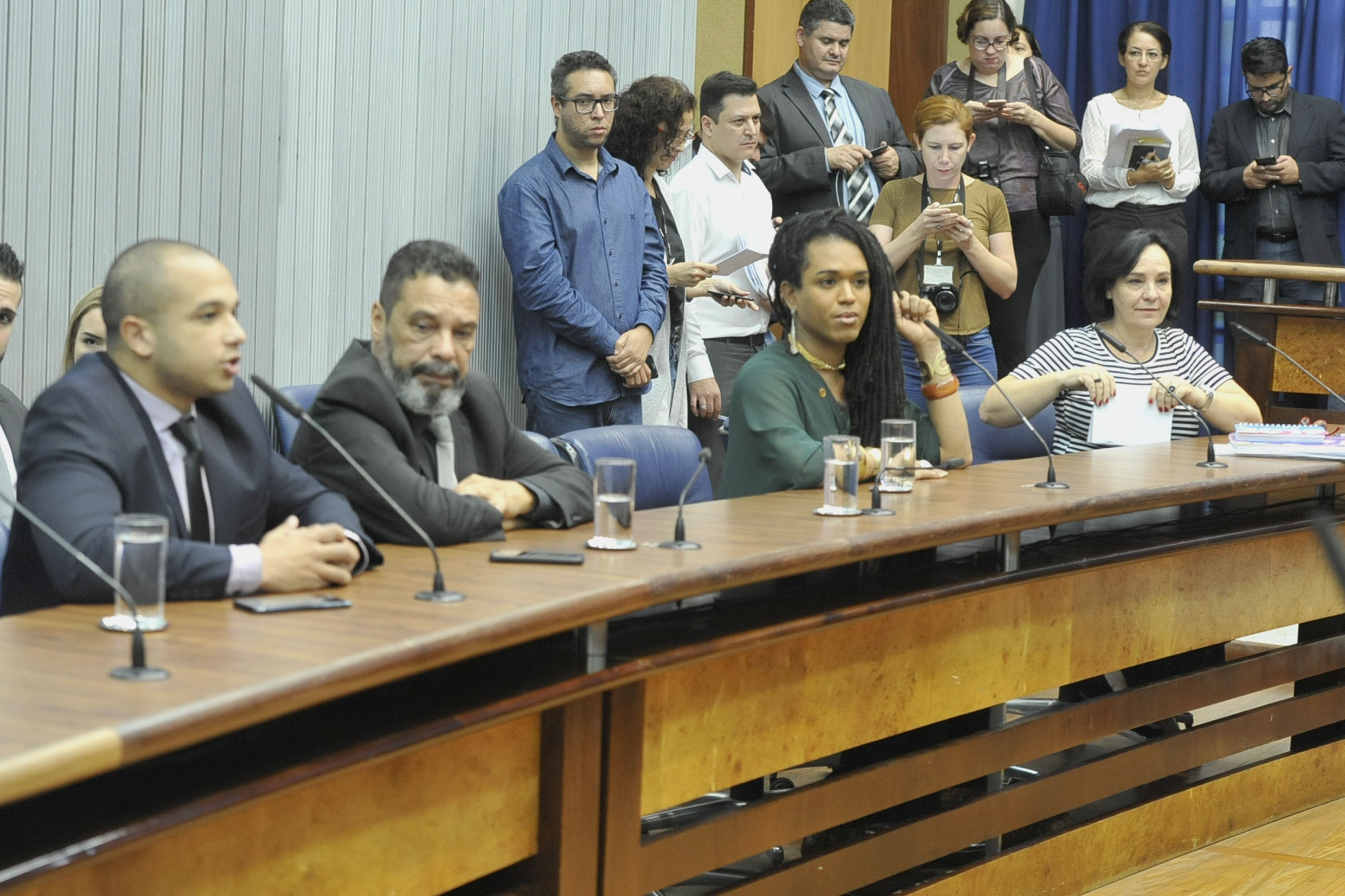 Parlamentares na comissão<a style='float:right' href='https://www3.al.sp.gov.br/repositorio/noticia/N-04-2019/fg232929.jpg' target=_blank><img src='/_img/material-file-download-white.png' width='14px' alt='Clique para baixar a imagem'></a>