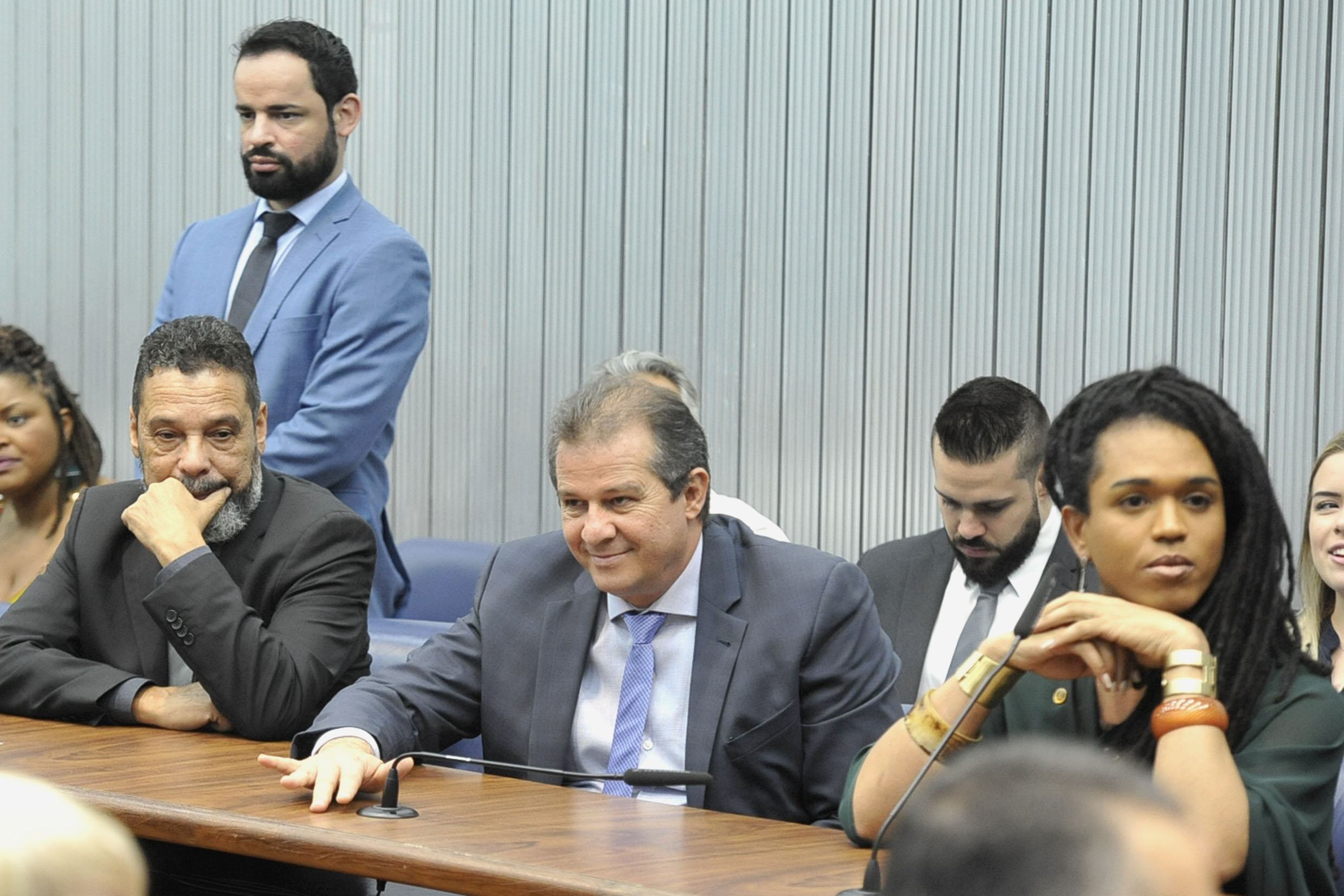 Parlamentares na comissão<a style='float:right' href='https://www3.al.sp.gov.br/repositorio/noticia/N-04-2019/fg232932.jpg' target=_blank><img src='/_img/material-file-download-white.png' width='14px' alt='Clique para baixar a imagem'></a>