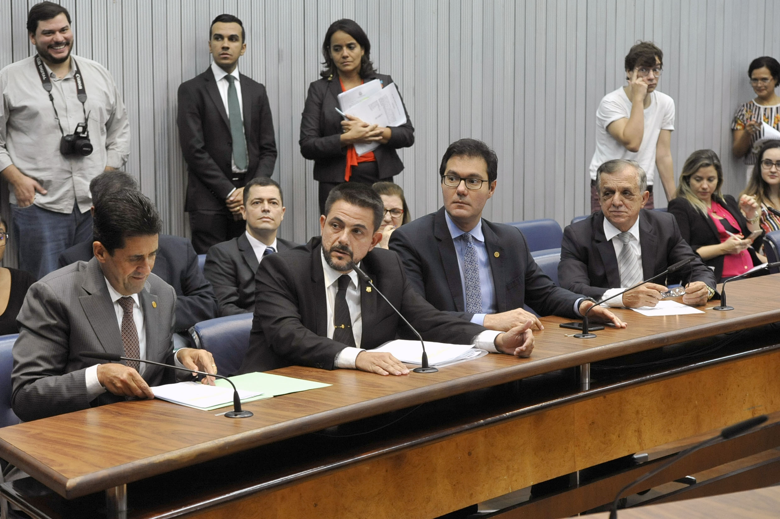 Parlamentares na CPI<a style='float:right' href='https://www3.al.sp.gov.br/repositorio/noticia/N-04-2019/fg233040.jpg' target=_blank><img src='/_img/material-file-download-white.png' width='14px' alt='Clique para baixar a imagem'></a>