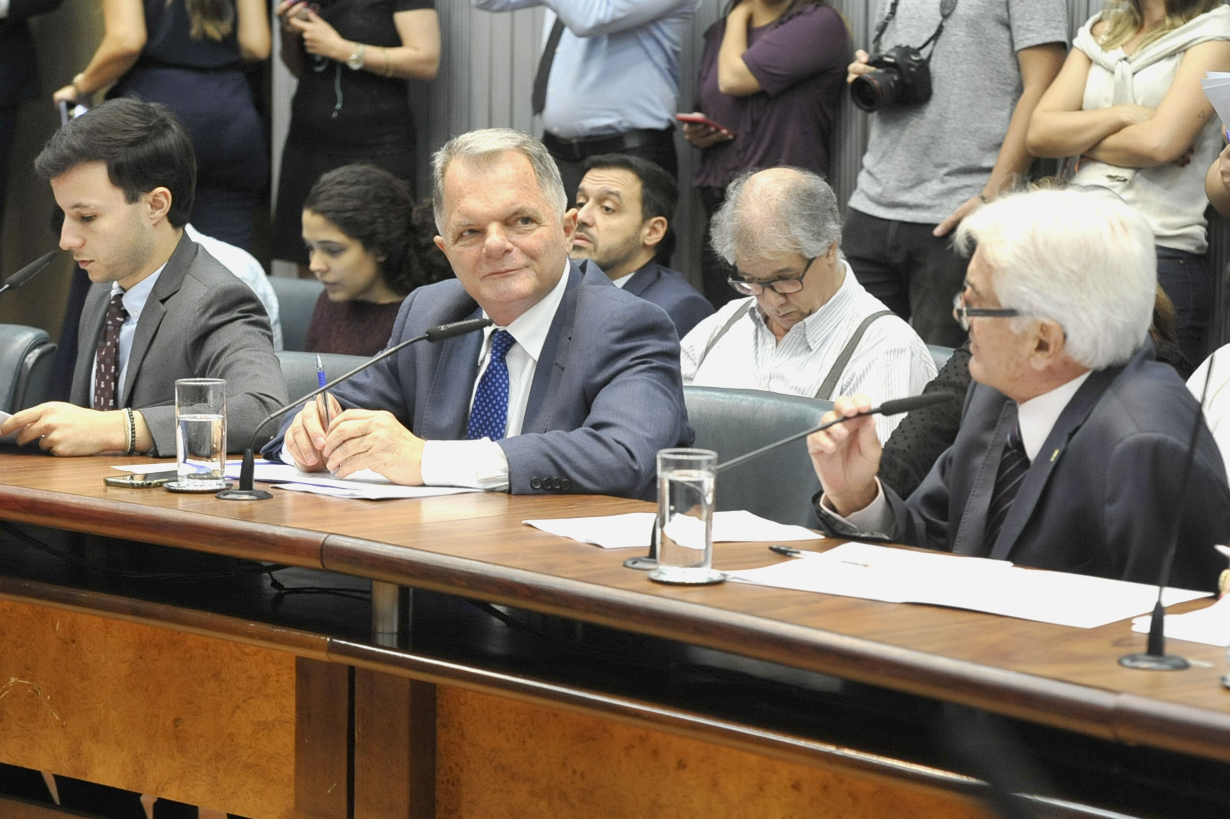 Parlamentares na comissão<a style='float:right' href='https://www3.al.sp.gov.br/repositorio/noticia/N-04-2019/fg233416.jpg' target=_blank><img src='/_img/material-file-download-white.png' width='14px' alt='Clique para baixar a imagem'></a>