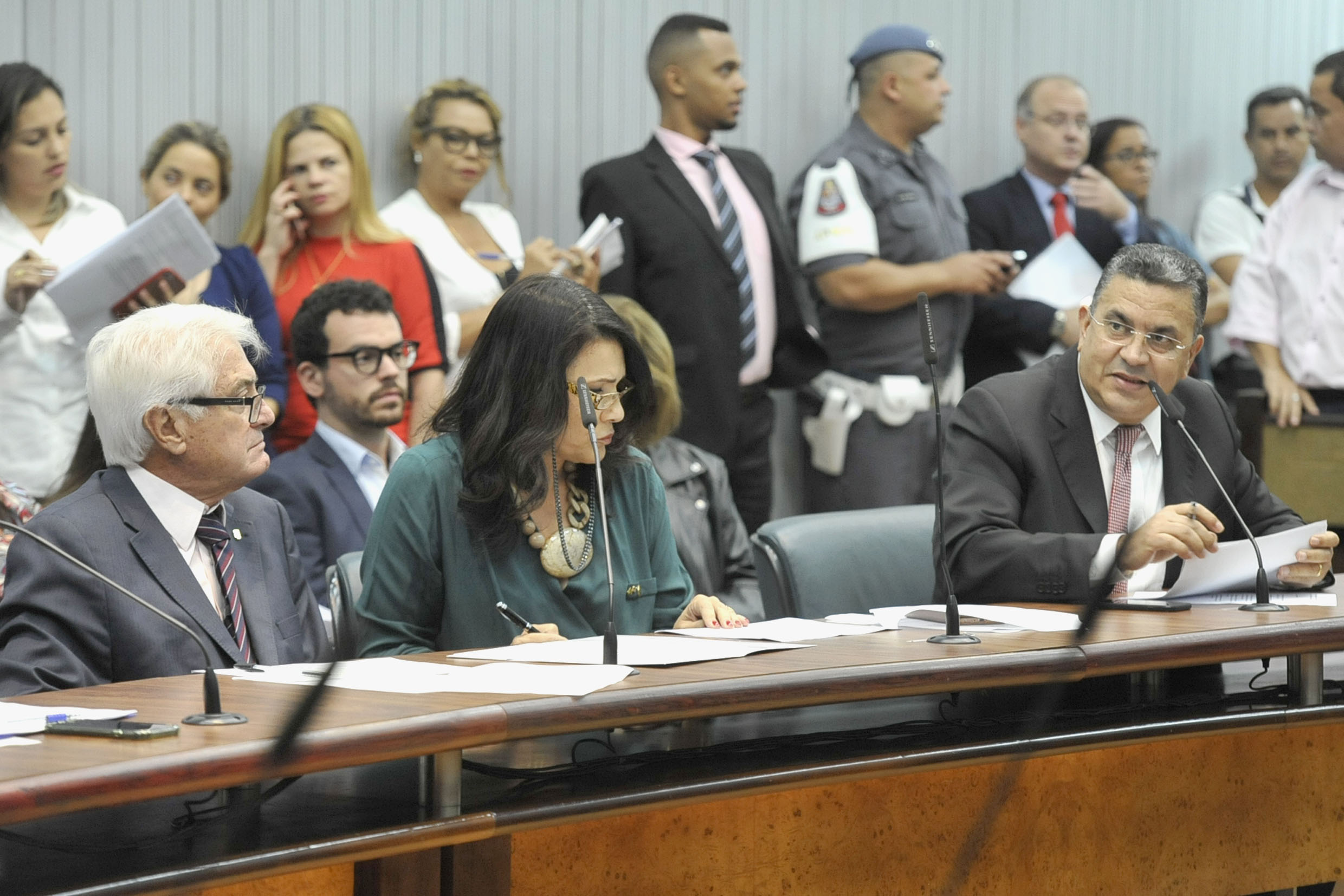 Parlamentares na comissão<a style='float:right' href='https://www3.al.sp.gov.br/repositorio/noticia/N-04-2019/fg233418.jpg' target=_blank><img src='/_img/material-file-download-white.png' width='14px' alt='Clique para baixar a imagem'></a>