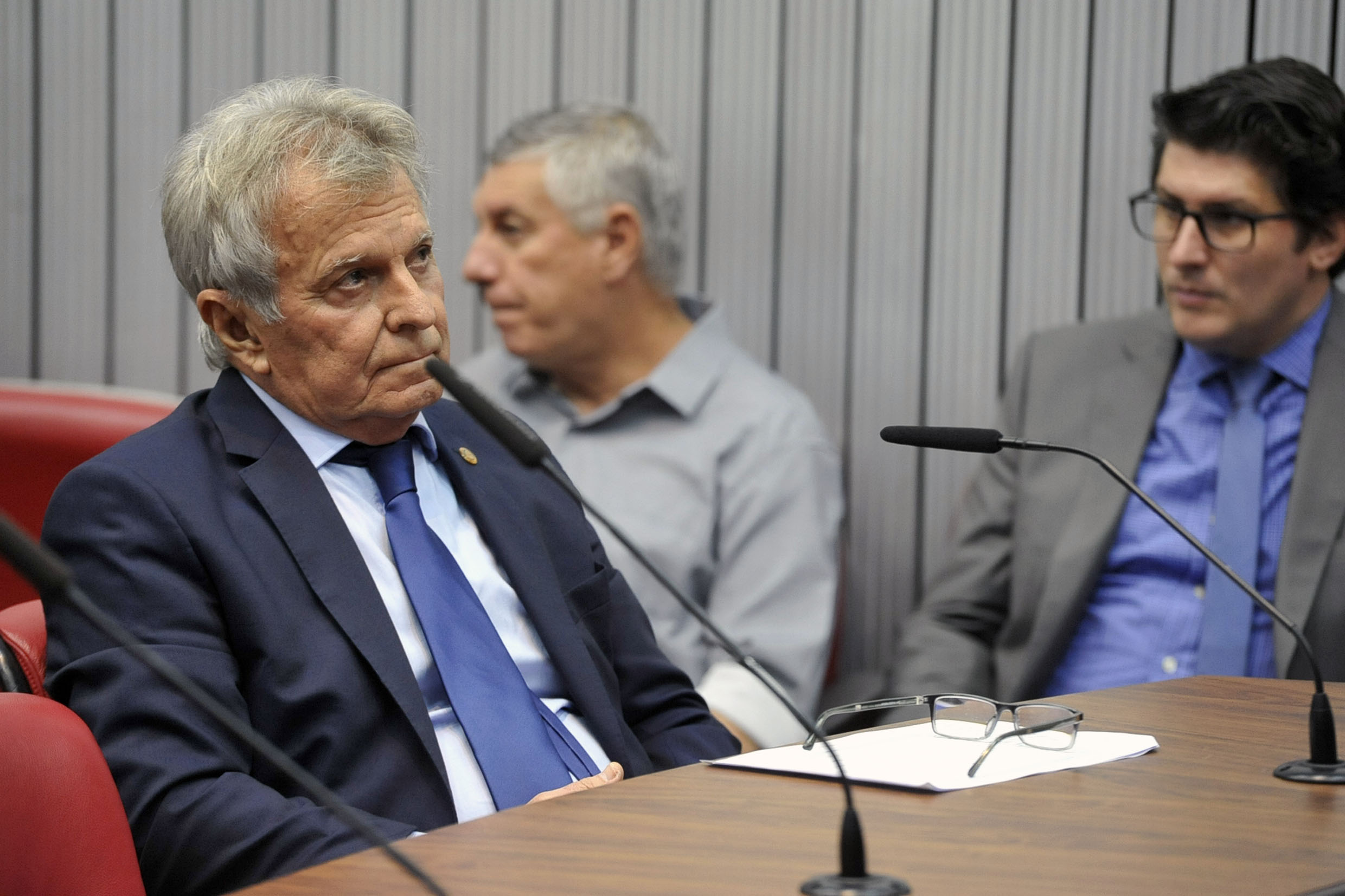 Parlamentares na comissão<a style='float:right' href='https://www3.al.sp.gov.br/repositorio/noticia/N-04-2019/fg233428.jpg' target=_blank><img src='/_img/material-file-download-white.png' width='14px' alt='Clique para baixar a imagem'></a>
