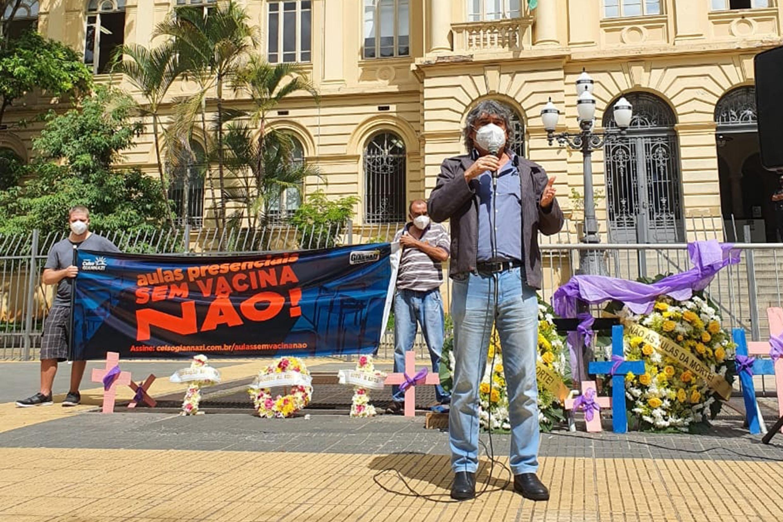 Carlos Giannazi participa de ato em frente à Seduc, na Praça da República<a style='float:right' href='https://www3.al.sp.gov.br/repositorio/noticia/N-04-2021/fg264963.jpg' target=_blank><img src='/_img/material-file-download-white.png' width='14px' alt='Clique para baixar a imagem'></a>