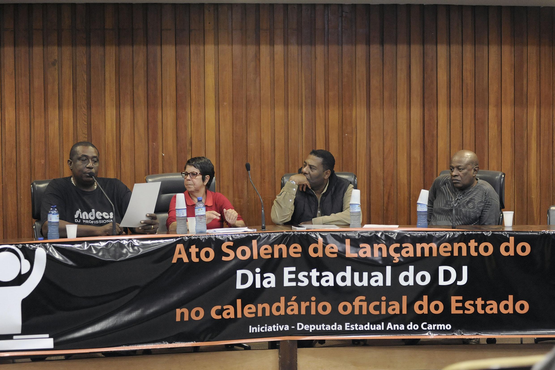Antonio Carlos, Ana do Carmo, Netinho de Paula e Willian Zimbabue<a style='float:right' href='https://www3.al.sp.gov.br/repositorio/noticia/N-05-2015/fg169876.jpg' target=_blank><img src='/_img/material-file-download-white.png' width='14px' alt='Clique para baixar a imagem'></a>