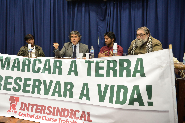 Carlos Giannazi, ao microfone,  informa aos presentes que já havia protocolado junto à Comissão de Direitos Humanos da Assembleia denúncia sobre a desapropriação pretendida por Tito Costa. <a style='float:right' href='https://www3.al.sp.gov.br/repositorio/noticia/N-05-2015/fg170364.jpg' target=_blank><img src='/_img/material-file-download-white.png' width='14px' alt='Clique para baixar a imagem'></a>