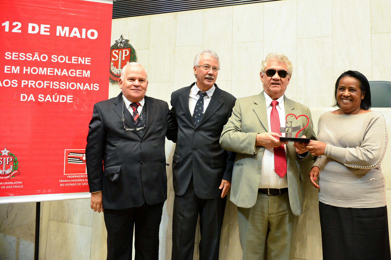 Silvana A Pereira, de São José dos Campos e Carlos José Gonçalves recebem homenagens <a style='float:right' href='https://www3.al.sp.gov.br/repositorio/noticia/N-05-2015/fg170409.jpg' target=_blank><img src='/_img/material-file-download-white.png' width='14px' alt='Clique para baixar a imagem'></a>