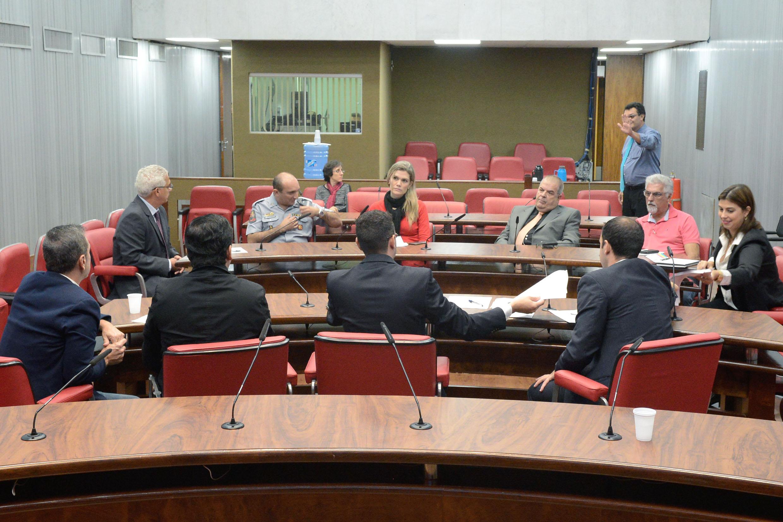 Reunião debate a preparação do lançamento da Frente Parlamentar de Apoio aos Municípios da Região Metropolitana da Baixada Santista e do Vale do Ribeira.<a style='float:right' href='https://www3.al.sp.gov.br/repositorio/noticia/N-05-2015/fg170609.jpg' target=_blank><img src='/_img/material-file-download-white.png' width='14px' alt='Clique para baixar a imagem'></a>
