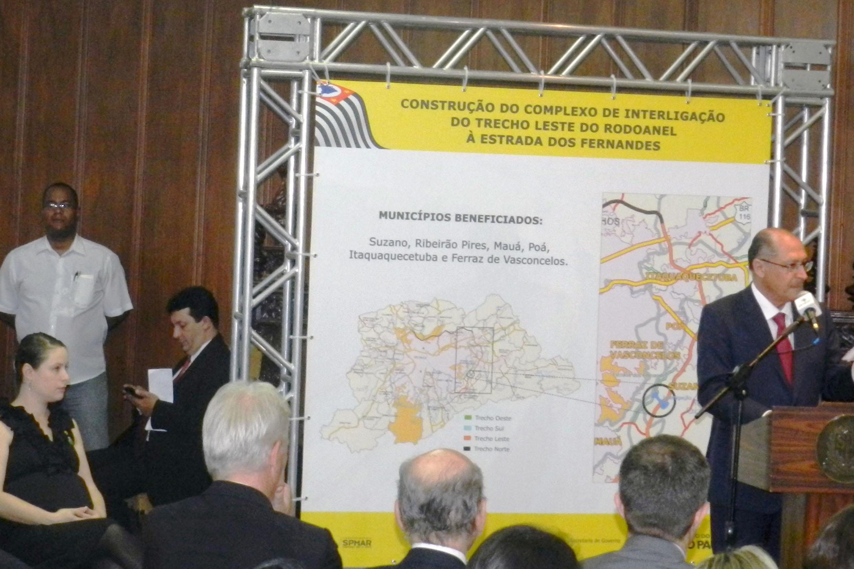 Vanessa e Alckmin em cerimônia no Palácio dos Bandeirantes<a style='float:right' href='https://www3.al.sp.gov.br/repositorio/noticia/N-05-2015/fg171056.jpg' target=_blank><img src='/_img/material-file-download-white.png' width='14px' alt='Clique para baixar a imagem'></a>