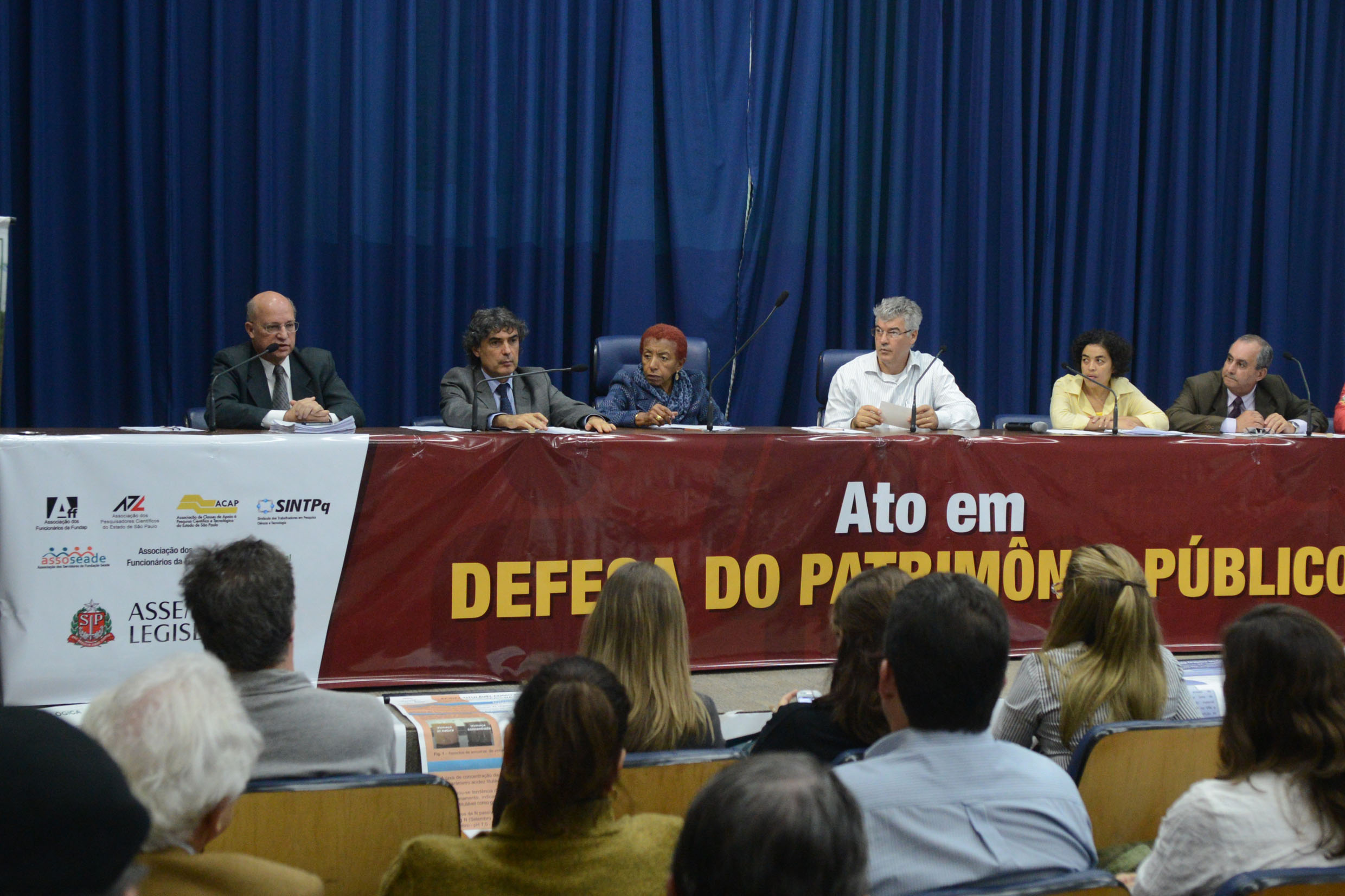 Ato público na Assembleia<a style='float:right' href='https://www3.al.sp.gov.br/repositorio/noticia/N-05-2016/fg189112.jpg' target=_blank><img src='/_img/material-file-download-white.png' width='14px' alt='Clique para baixar a imagem'></a>