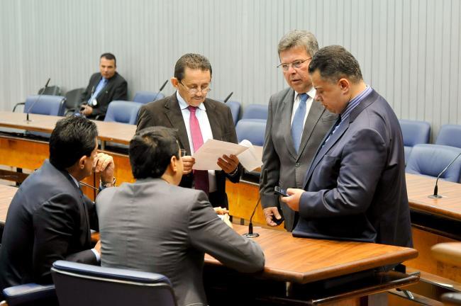 Deputados em reunião da CPI.