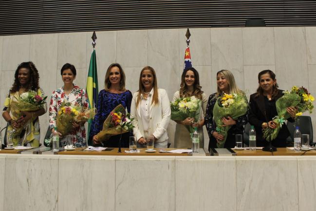 Clélia Gomes (centro).