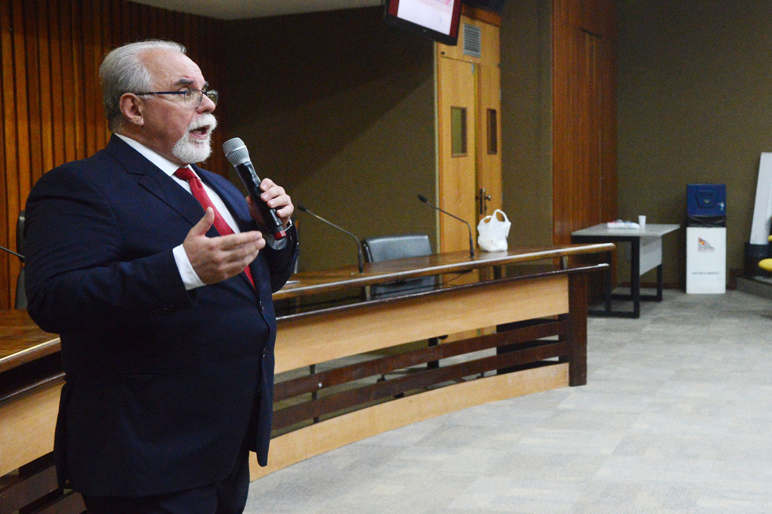 Vaz Juliano <a style='float:right' href='https://www3.al.sp.gov.br/repositorio/noticia/N-05-2018/fg222803.jpg' target=_blank><img src='/_img/material-file-download-white.png' width='14px' alt='Clique para baixar a imagem'></a>