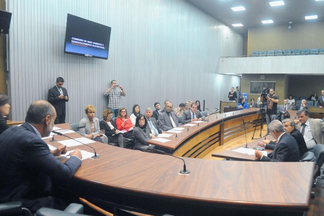 Parlamentares na comissão e público presente