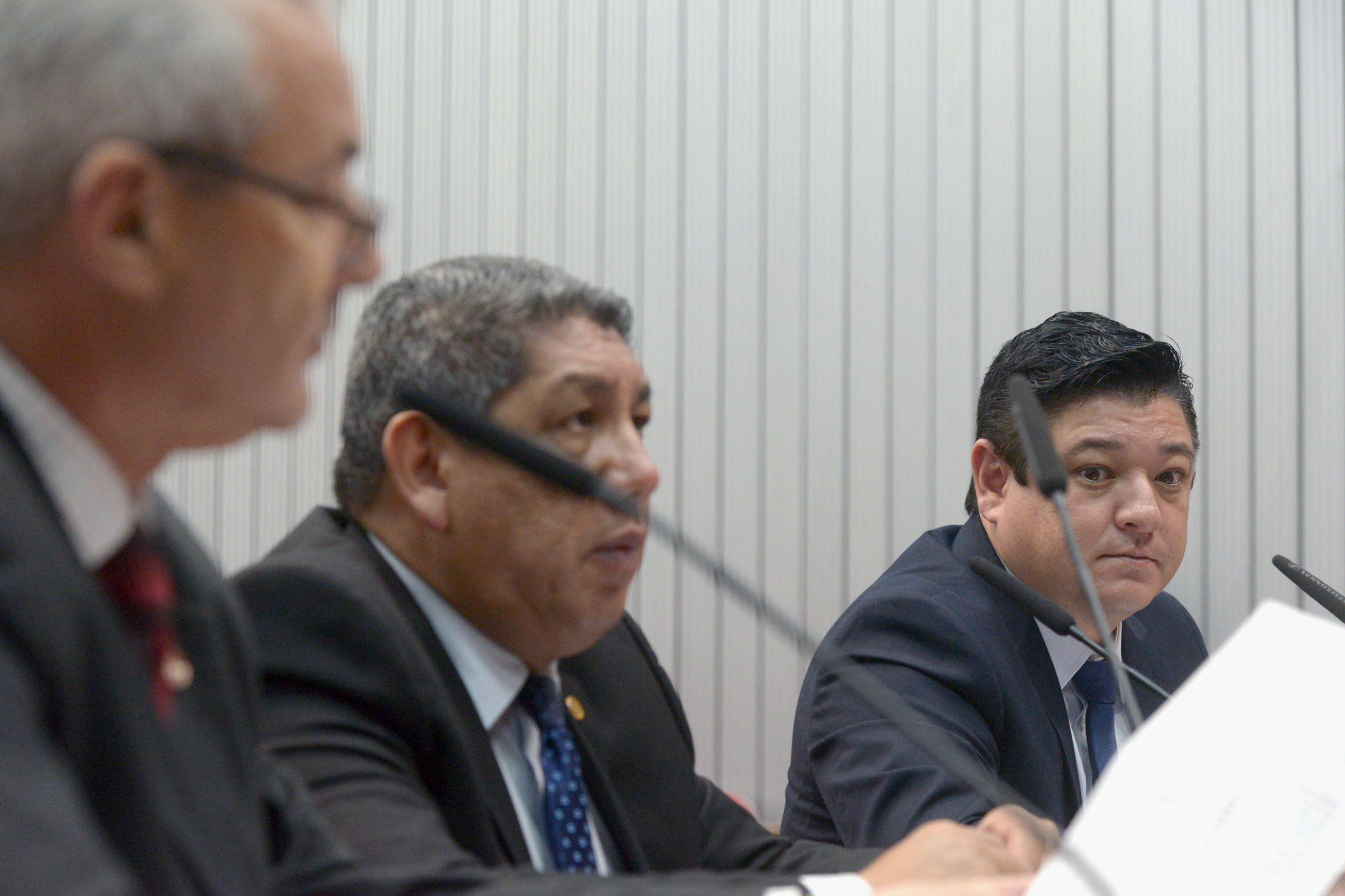 Parlamentares na comissão<a style='float:right' href='https://www3.al.sp.gov.br/repositorio/noticia/N-05-2019/fg234182.jpg' target=_blank><img src='/_img/material-file-download-white.png' width='14px' alt='Clique para baixar a imagem'></a>