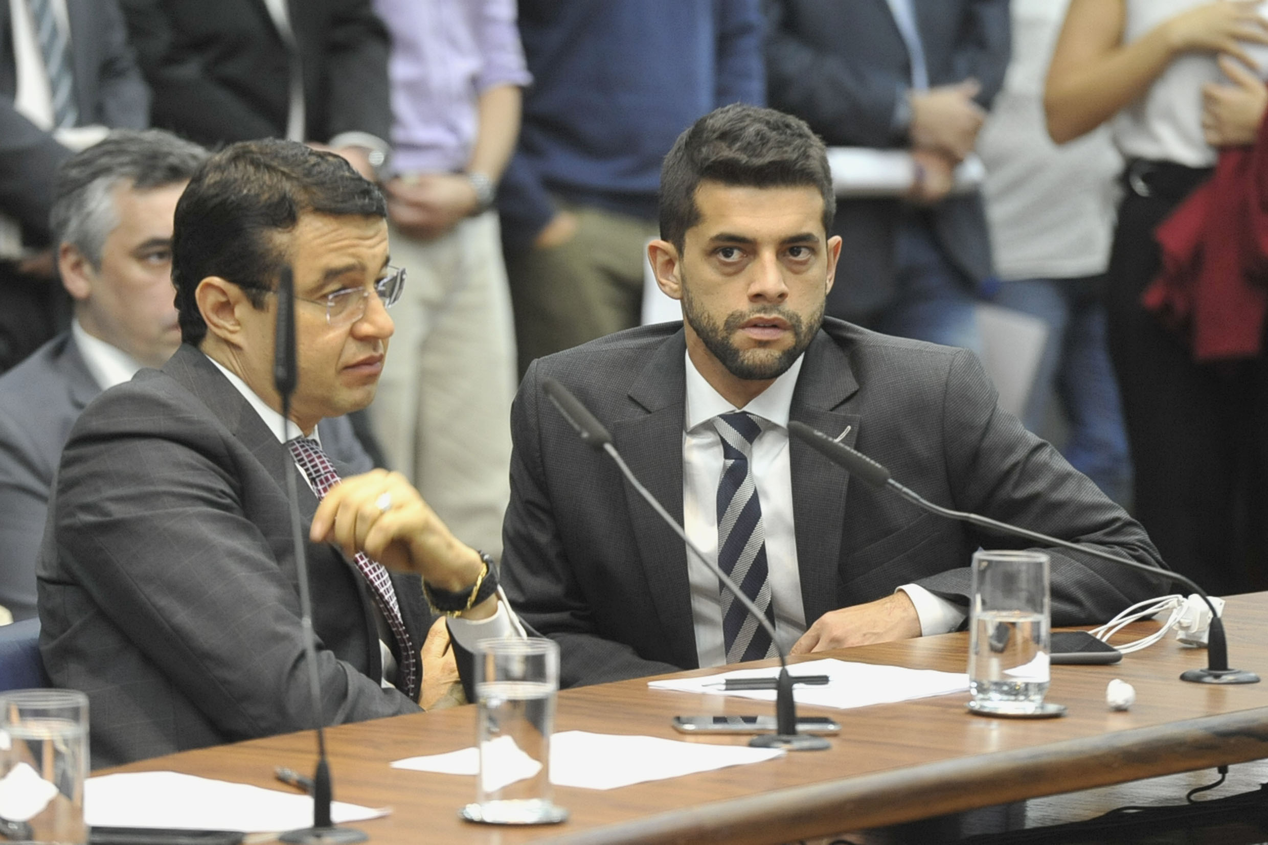 Parlamentares na comissão<a style='float:right' href='https://www3.al.sp.gov.br/repositorio/noticia/N-05-2019/fg234184.jpg' target=_blank><img src='/_img/material-file-download-white.png' width='14px' alt='Clique para baixar a imagem'></a>