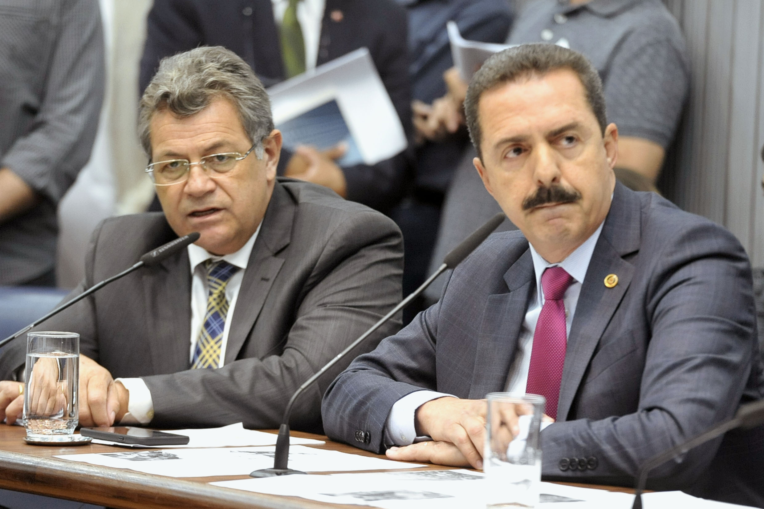 Parlamentares na comissão<a style='float:right' href='https://www3.al.sp.gov.br/repositorio/noticia/N-05-2019/fg234190.jpg' target=_blank><img src='/_img/material-file-download-white.png' width='14px' alt='Clique para baixar a imagem'></a>