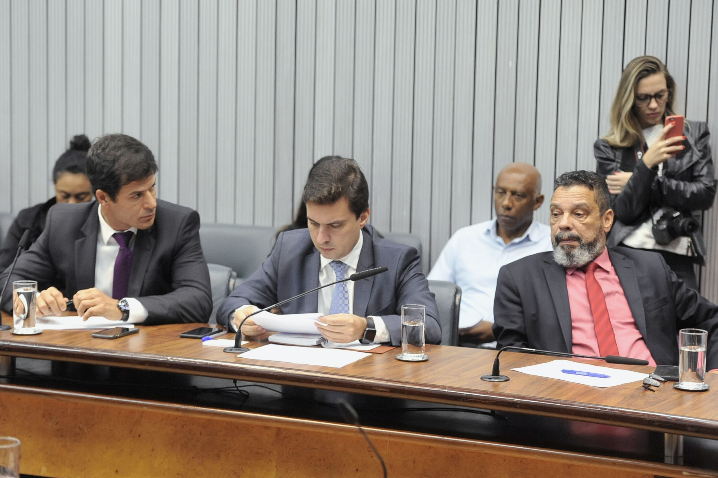 Parlamentares na comissão<a style='float:right' href='https://www3.al.sp.gov.br/repositorio/noticia/N-05-2019/fg234193.jpg' target=_blank><img src='/_img/material-file-download-white.png' width='14px' alt='Clique para baixar a imagem'></a>