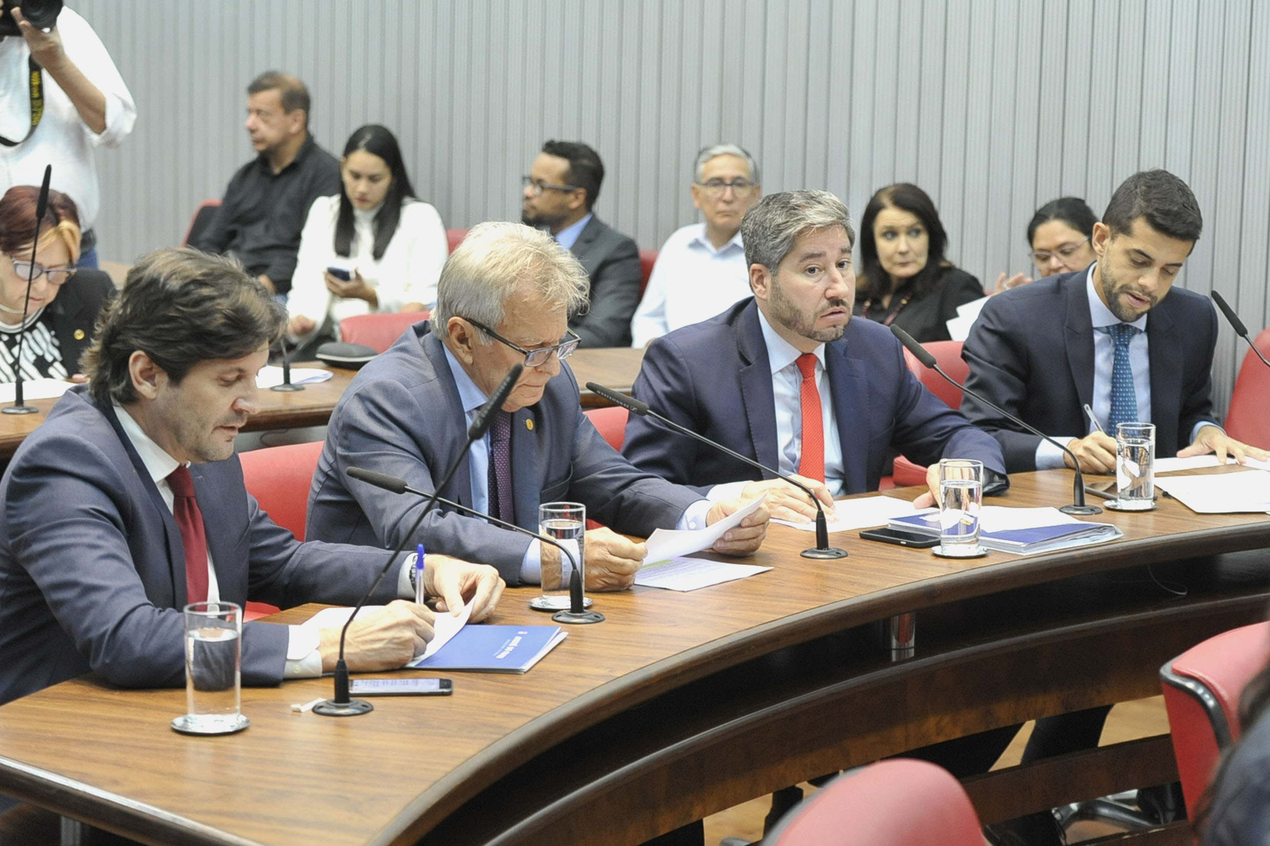 Parlamentares na comissão<a style='float:right' href='https://www3.al.sp.gov.br/repositorio/noticia/N-05-2019/fg234440.jpg' target=_blank><img src='/_img/material-file-download-white.png' width='14px' alt='Clique para baixar a imagem'></a>