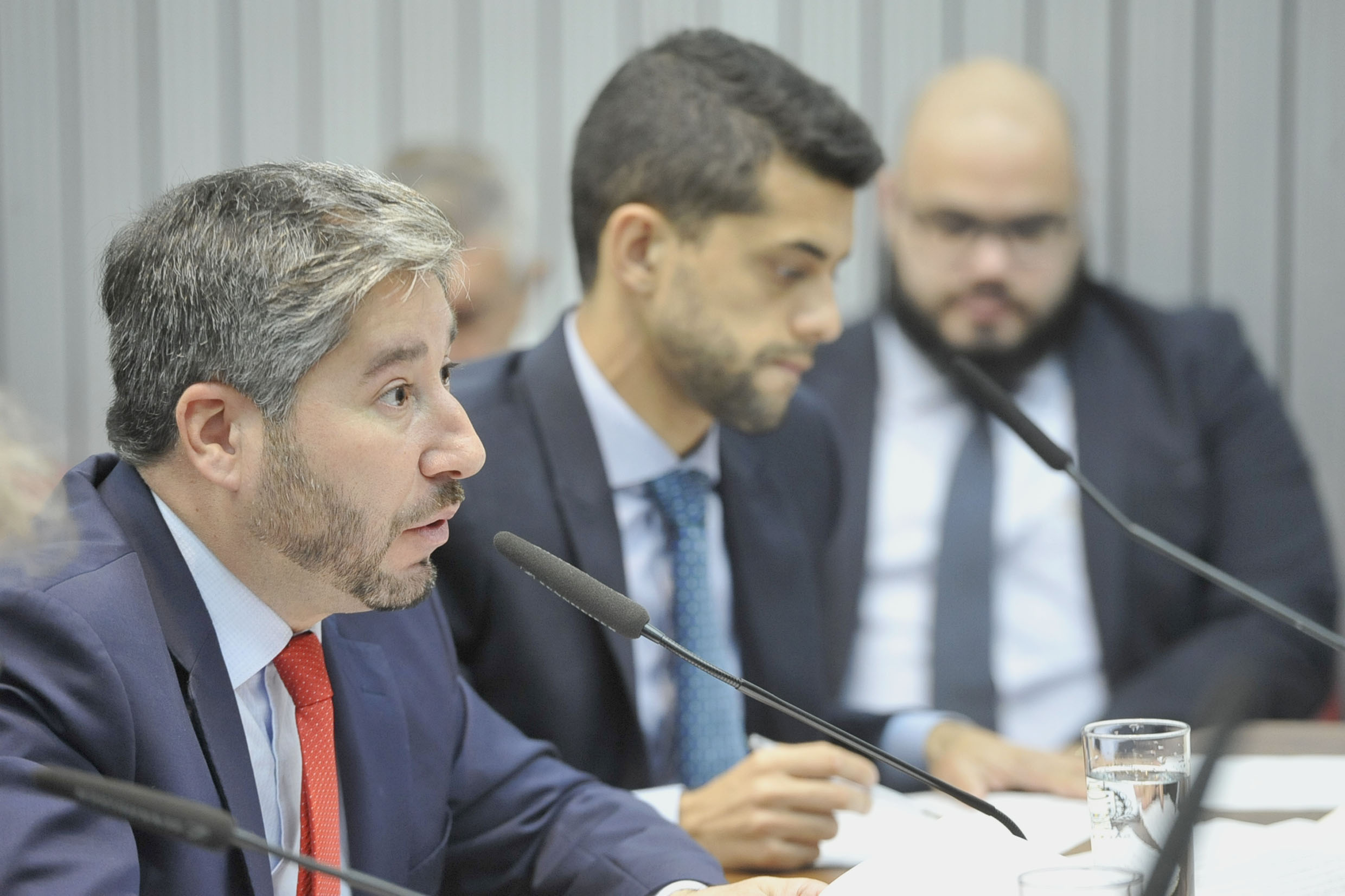 Parlamentares na comissão<a style='float:right' href='https://www3.al.sp.gov.br/repositorio/noticia/N-05-2019/fg234442.jpg' target=_blank><img src='/_img/material-file-download-white.png' width='14px' alt='Clique para baixar a imagem'></a>