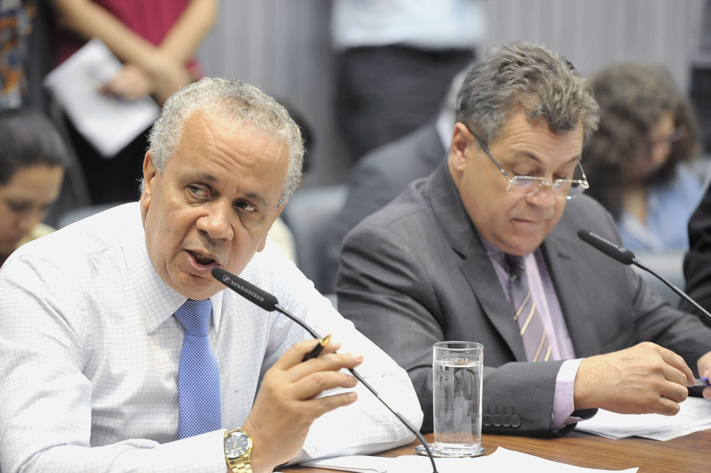 Parlamentares na comissão<a style='float:right' href='https://www3.al.sp.gov.br/repositorio/noticia/N-05-2019/fg234491.jpg' target=_blank><img src='/_img/material-file-download-white.png' width='14px' alt='Clique para baixar a imagem'></a>