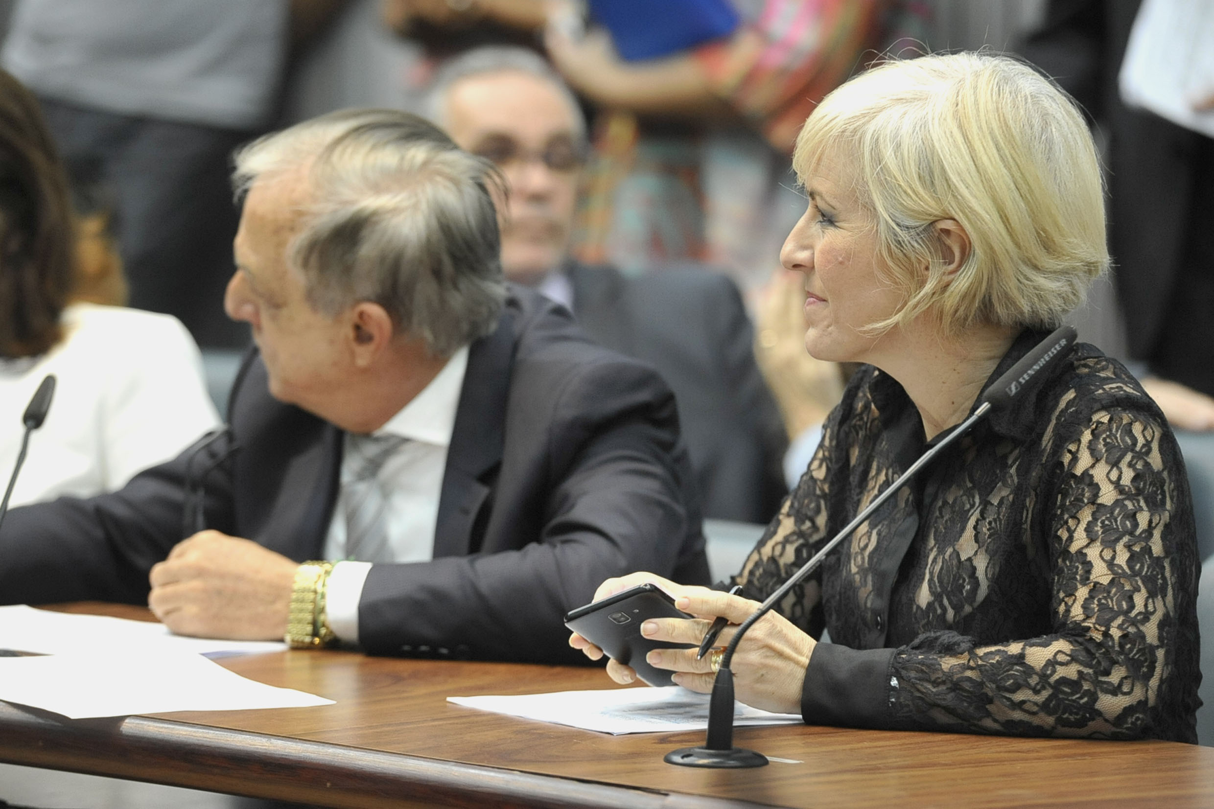 Parlamentares na comissão<a style='float:right' href='https://www3.al.sp.gov.br/repositorio/noticia/N-05-2019/fg234494.jpg' target=_blank><img src='/_img/material-file-download-white.png' width='14px' alt='Clique para baixar a imagem'></a>