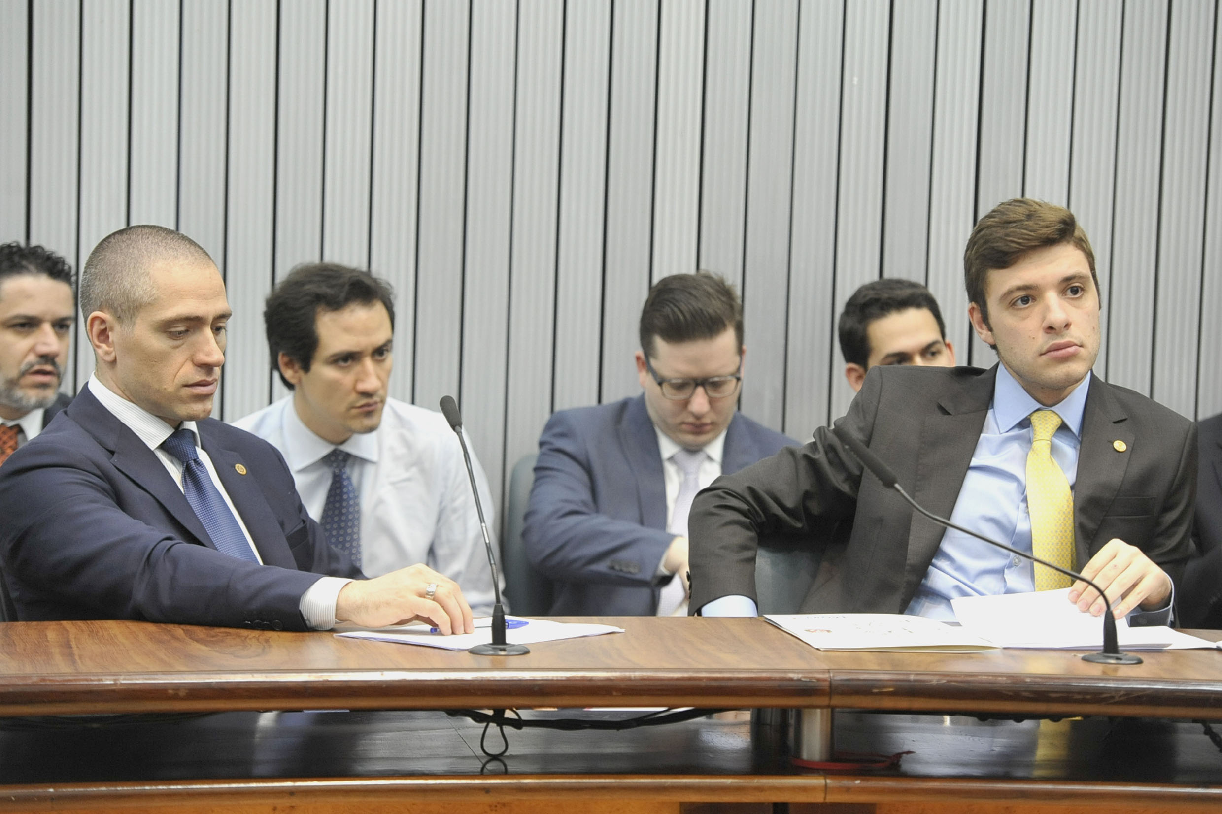 Parlamentares na comissão<a style='float:right' href='https://www3.al.sp.gov.br/repositorio/noticia/N-05-2019/fg234497.jpg' target=_blank><img src='/_img/material-file-download-white.png' width='14px' alt='Clique para baixar a imagem'></a>
