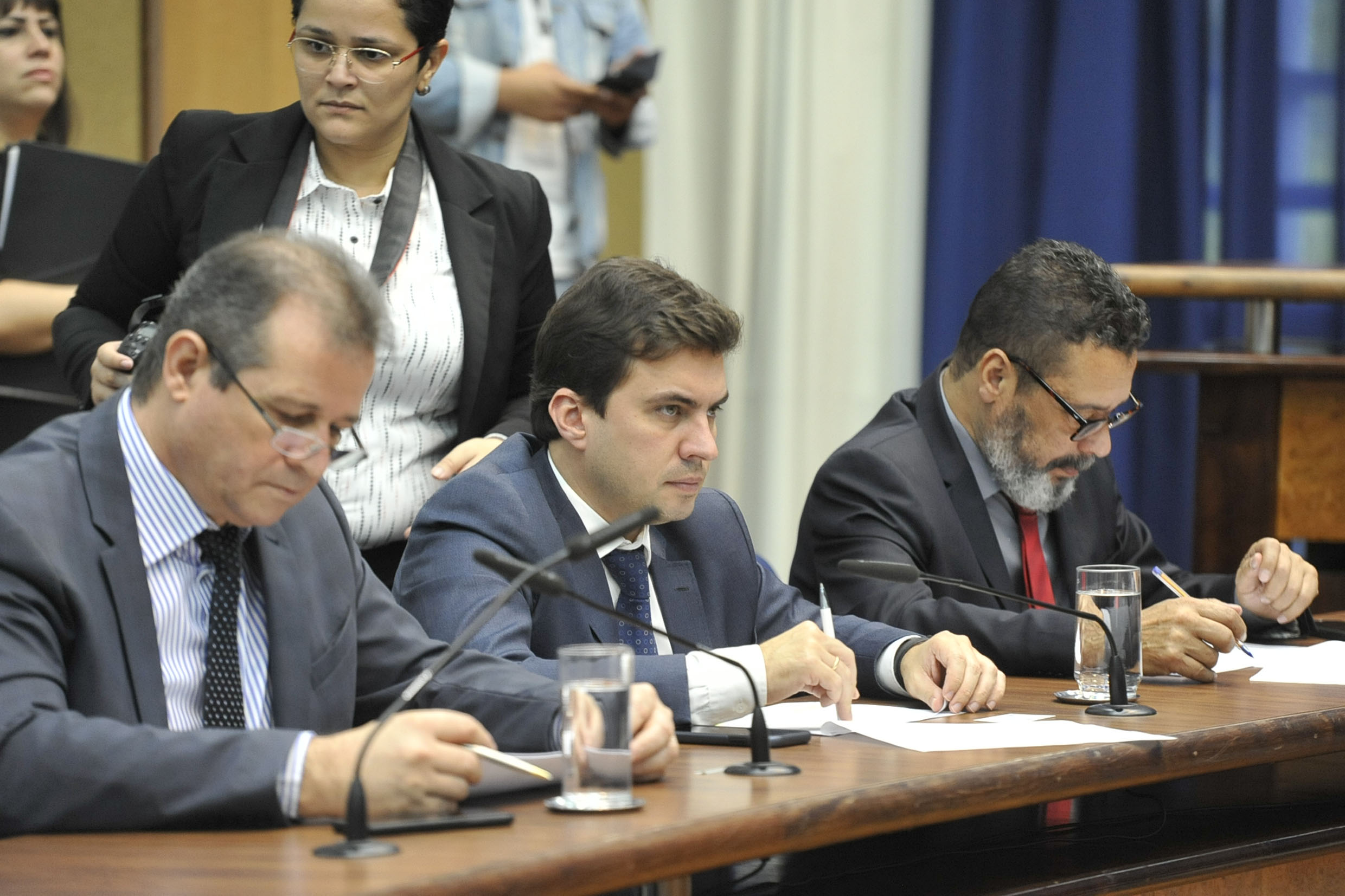 Parlamentares na comissão<a style='float:right' href='https://www3.al.sp.gov.br/repositorio/noticia/N-05-2019/fg234543.jpg' target=_blank><img src='/_img/material-file-download-white.png' width='14px' alt='Clique para baixar a imagem'></a>