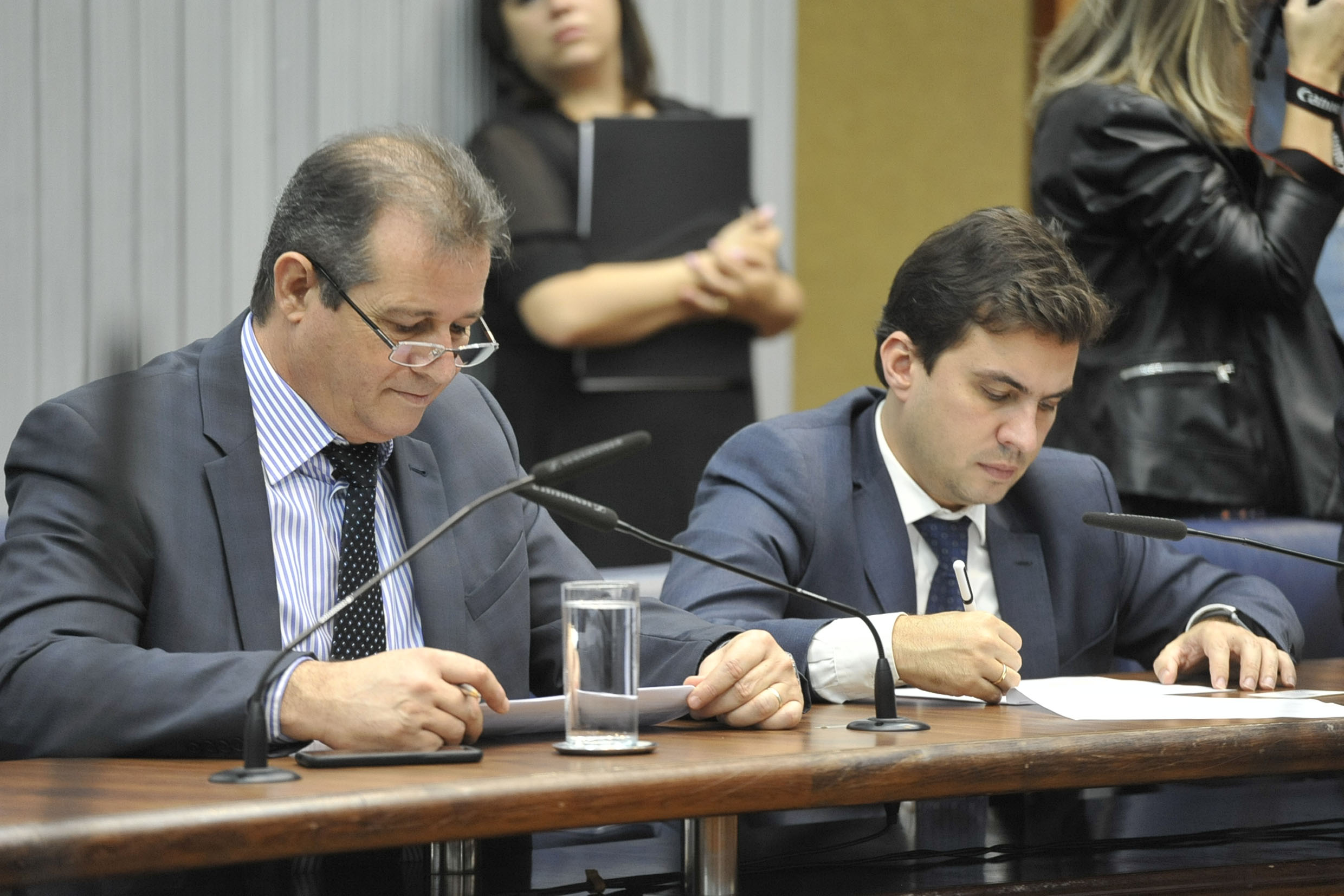 Parlamentares na comissão<a style='float:right' href='https://www3.al.sp.gov.br/repositorio/noticia/N-05-2019/fg234547.jpg' target=_blank><img src='/_img/material-file-download-white.png' width='14px' alt='Clique para baixar a imagem'></a>