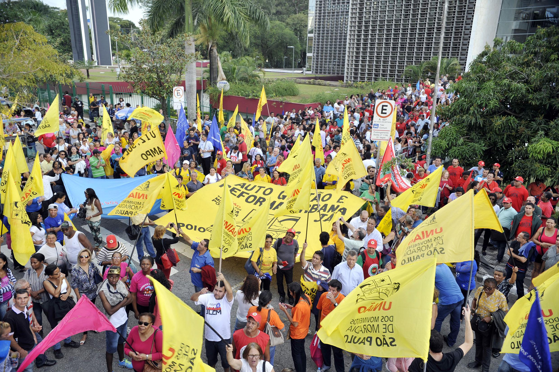 Manifestantes em frente à Assembleia Legislativa <a style='float:right' href='https://www3.al.sp.gov.br/repositorio/noticia/N-06-2015/fg171945.jpg' target=_blank><img src='/_img/material-file-download-white.png' width='14px' alt='Clique para baixar a imagem'></a>