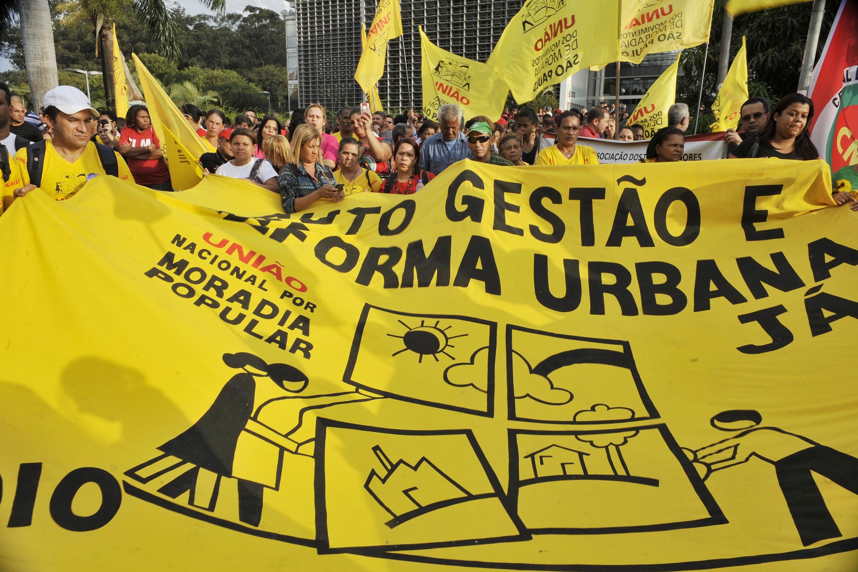 Ato na Assembleia celebra lançamento da Frente Parlamentar pela Habitação e Reforma Urbana<a style='float:right' href='https://www3.al.sp.gov.br/repositorio/noticia/N-06-2015/fg171947.jpg' target=_blank><img src='/_img/material-file-download-white.png' width='14px' alt='Clique para baixar a imagem'></a>