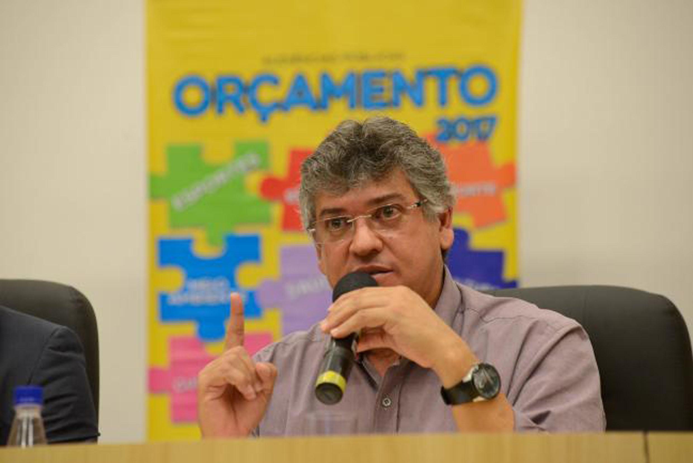 Padre Afonso, na audiência em São José dos Campos<a style='float:right' href='https://www3.al.sp.gov.br/repositorio/noticia/N-06-2016/fg190038.jpg' target=_blank><img src='/_img/material-file-download-white.png' width='14px' alt='Clique para baixar a imagem'></a>