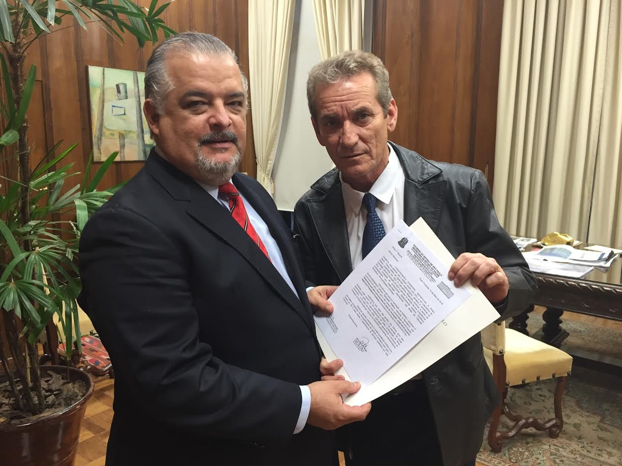 Ed Thomas e o vice-governador<a style='float:right' href='https://www3.al.sp.gov.br/repositorio/noticia/N-06-2016/fg190828.jpg' target=_blank><img src='/_img/material-file-download-white.png' width='14px' alt='Clique para baixar a imagem'></a>