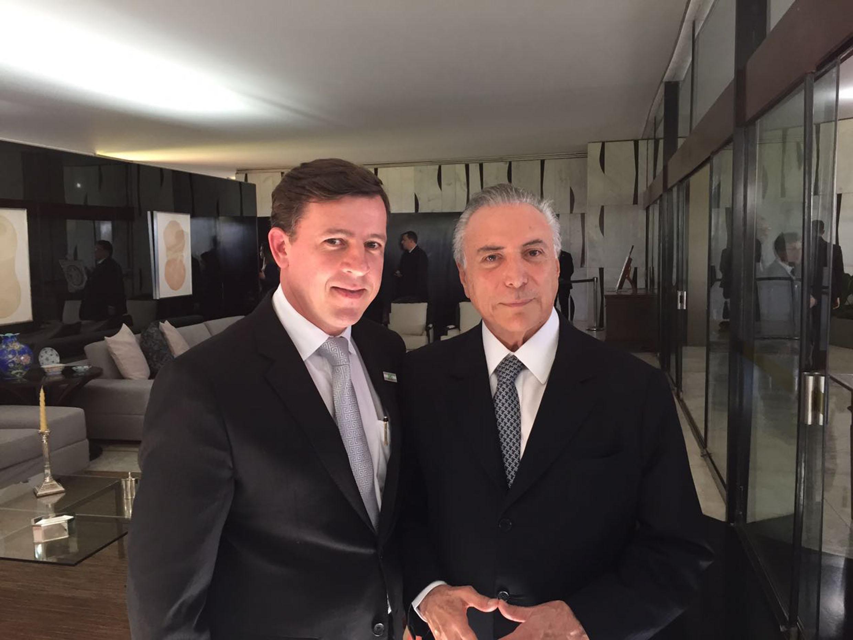 Orlando Morando e o presidente Michel Temer<a style='float:right' href='https://www3.al.sp.gov.br/repositorio/noticia/N-06-2016/fg190986.jpg' target=_blank><img src='/_img/material-file-download-white.png' width='14px' alt='Clique para baixar a imagem'></a>