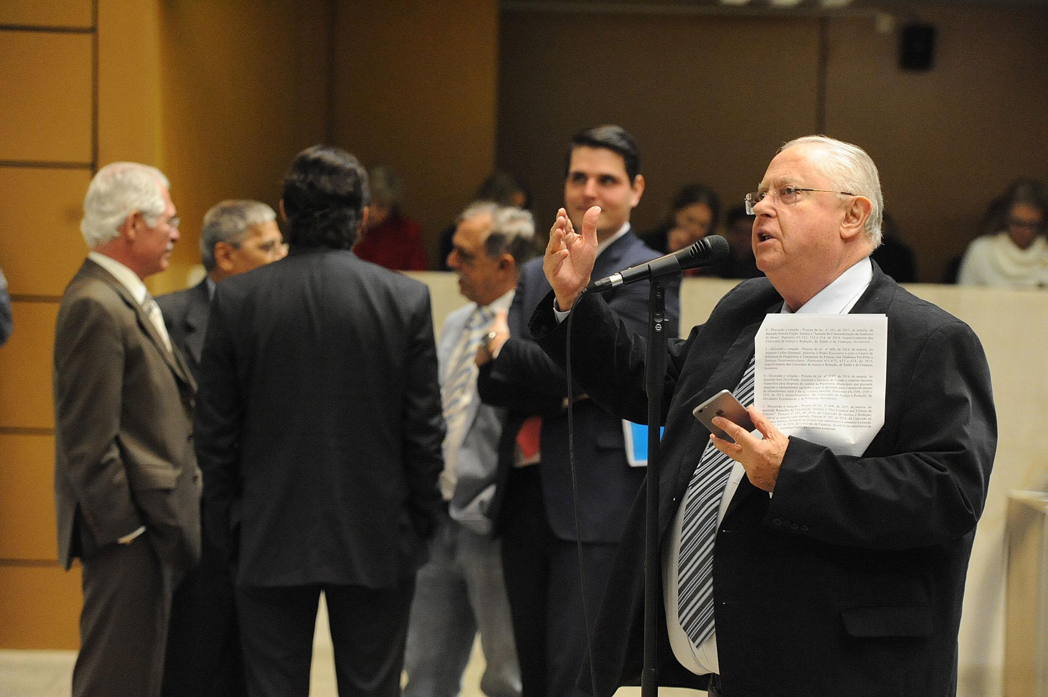 Barros Munhoz fala durante processo de votação <a style='float:right' href='https://www3.al.sp.gov.br/repositorio/noticia/N-06-2016/fg191734.jpg' target=_blank><img src='/_img/material-file-download-white.png' width='14px' alt='Clique para baixar a imagem'></a>