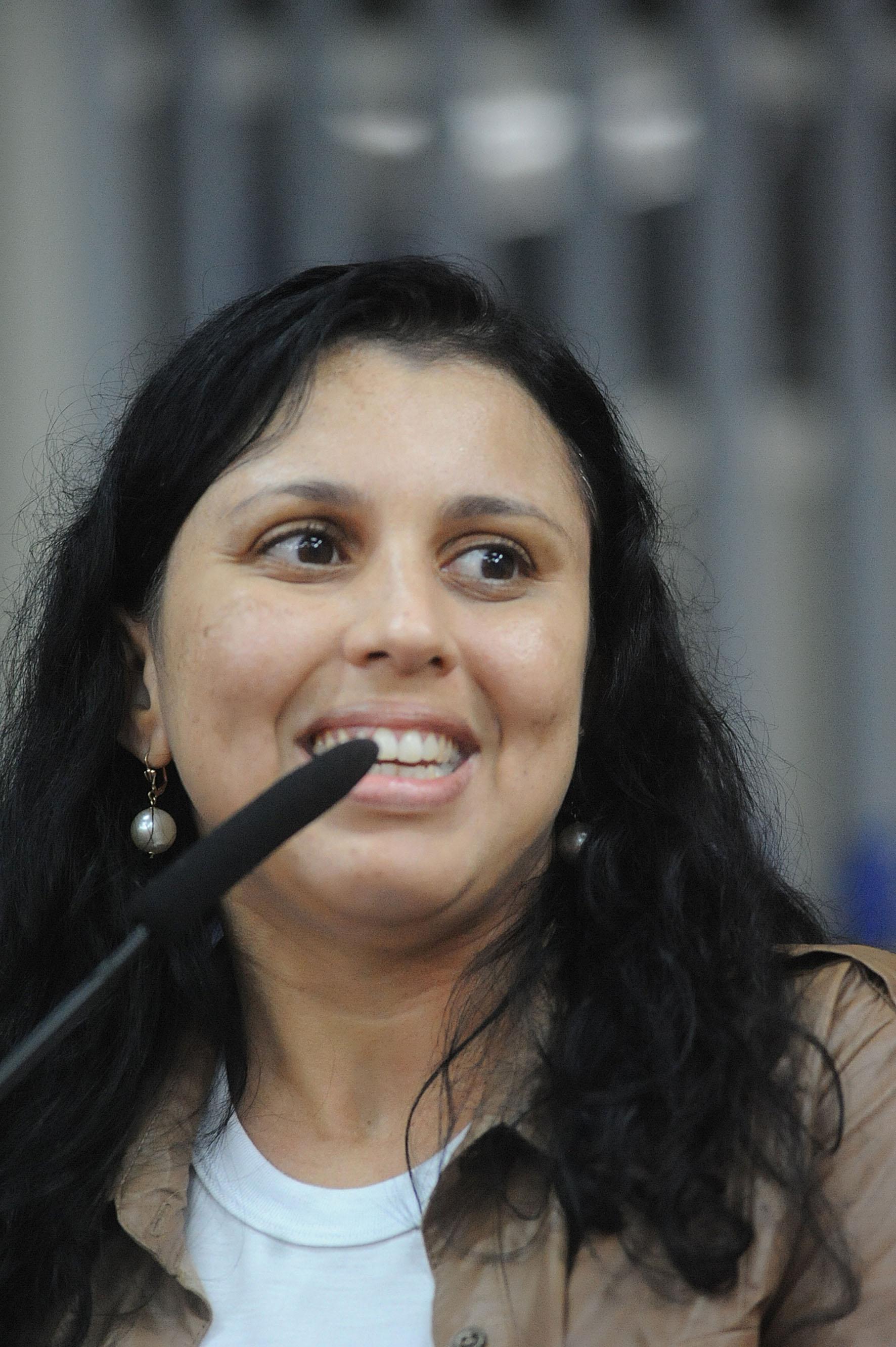 Daniela Fernandes de Almeida<a style='float:right' href='https://www3.al.sp.gov.br/repositorio/noticia/N-06-2016/fg191970.jpg' target=_blank><img src='/_img/material-file-download-white.png' width='14px' alt='Clique para baixar a imagem'></a>