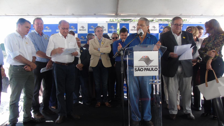Tobias com o governador Alckmin durante inauguração em Lins<a style='float:right' href='https://www3.al.sp.gov.br/repositorio/noticia/N-06-2016/fg192191.jpg' target=_blank><img src='/_img/material-file-download-white.png' width='14px' alt='Clique para baixar a imagem'></a>