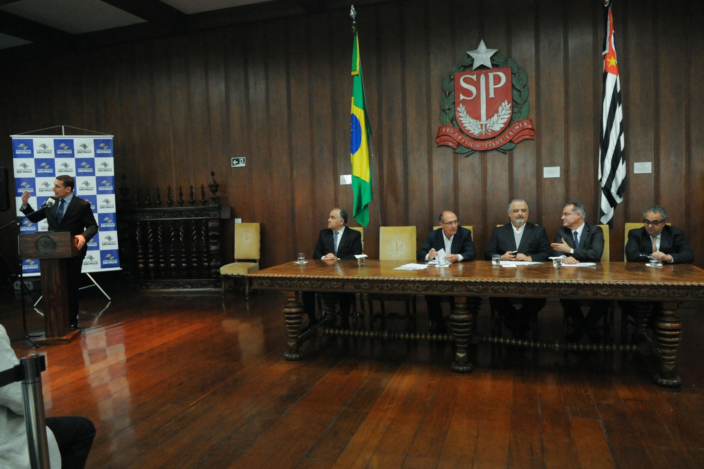 Fernando Capez destacou o fato de São Paulo ser um dos dois Estados a manter o equilíbrio fiscal<a style='float:right' href='https://www3.al.sp.gov.br/repositorio/noticia/N-06-2016/fg192238.jpg' target=_blank><img src='/_img/material-file-download-white.png' width='14px' alt='Clique para baixar a imagem'></a>