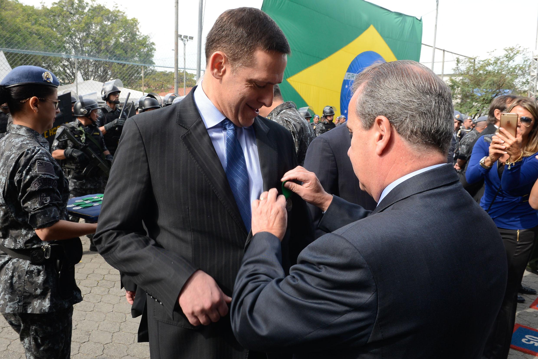 Fernando Capez recebe a Medalha do Batalhão Humaitá<a style='float:right' href='https://www3.al.sp.gov.br/repositorio/noticia/N-06-2016/fg192328.jpg' target=_blank><img src='/_img/material-file-download-white.png' width='14px' alt='Clique para baixar a imagem'></a>