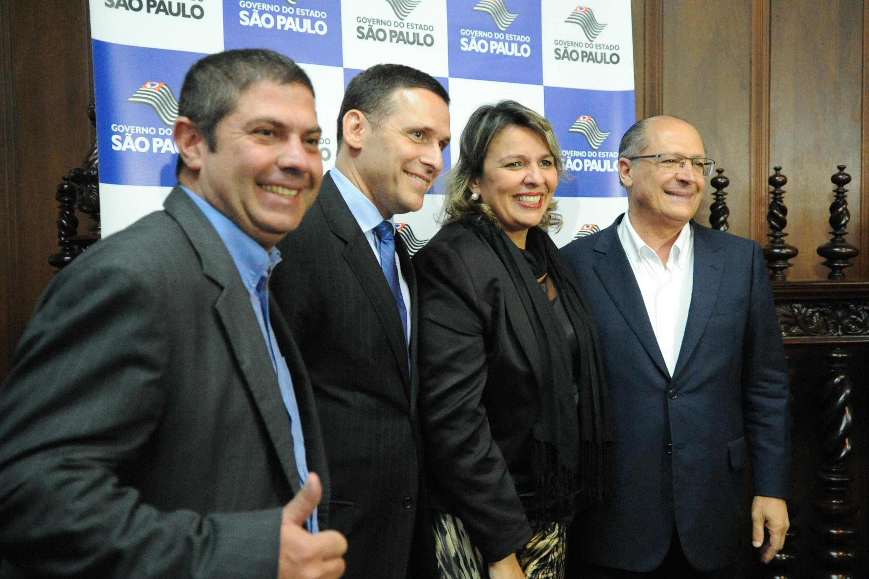 Fernando Capez, Geraldo Alckmin e convidados <a style='float:right' href='https://www3.al.sp.gov.br/repositorio/noticia/N-06-2016/fg192359.jpg' target=_blank><img src='/_img/material-file-download-white.png' width='14px' alt='Clique para baixar a imagem'></a>