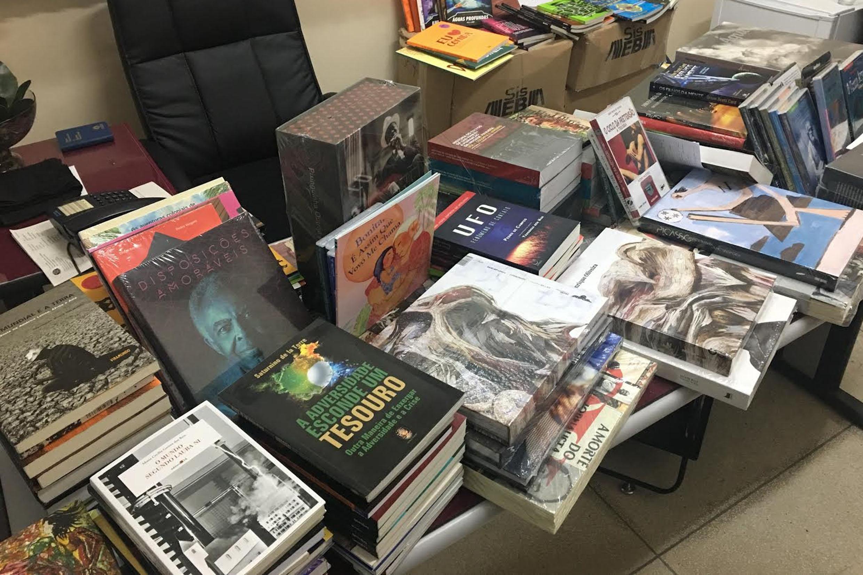 Livros doados à Biblioteca Municipal de Limeira<a style='float:right' href='https://www3.al.sp.gov.br/repositorio/noticia/N-06-2017/fg203759.jpg' target=_blank><img src='/_img/material-file-download-white.png' width='14px' alt='Clique para baixar a imagem'></a>