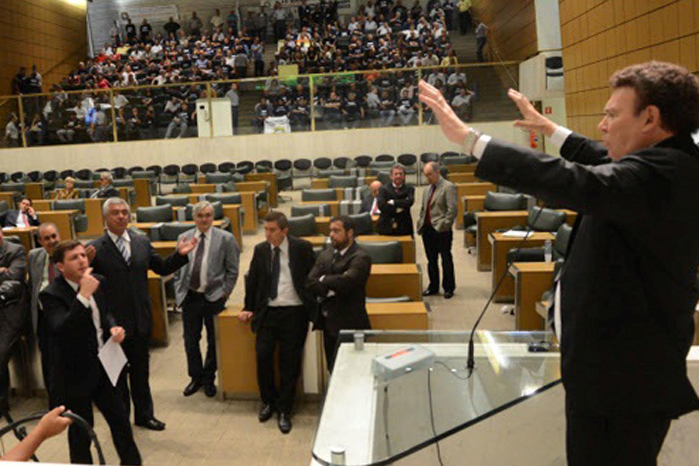 Campos Machado (à dir.) discursa em plenário<a style='float:right' href='https://www3.al.sp.gov.br/repositorio/noticia/N-06-2017/fg203875.jpg' target=_blank><img src='/_img/material-file-download-white.png' width='14px' alt='Clique para baixar a imagem'></a>