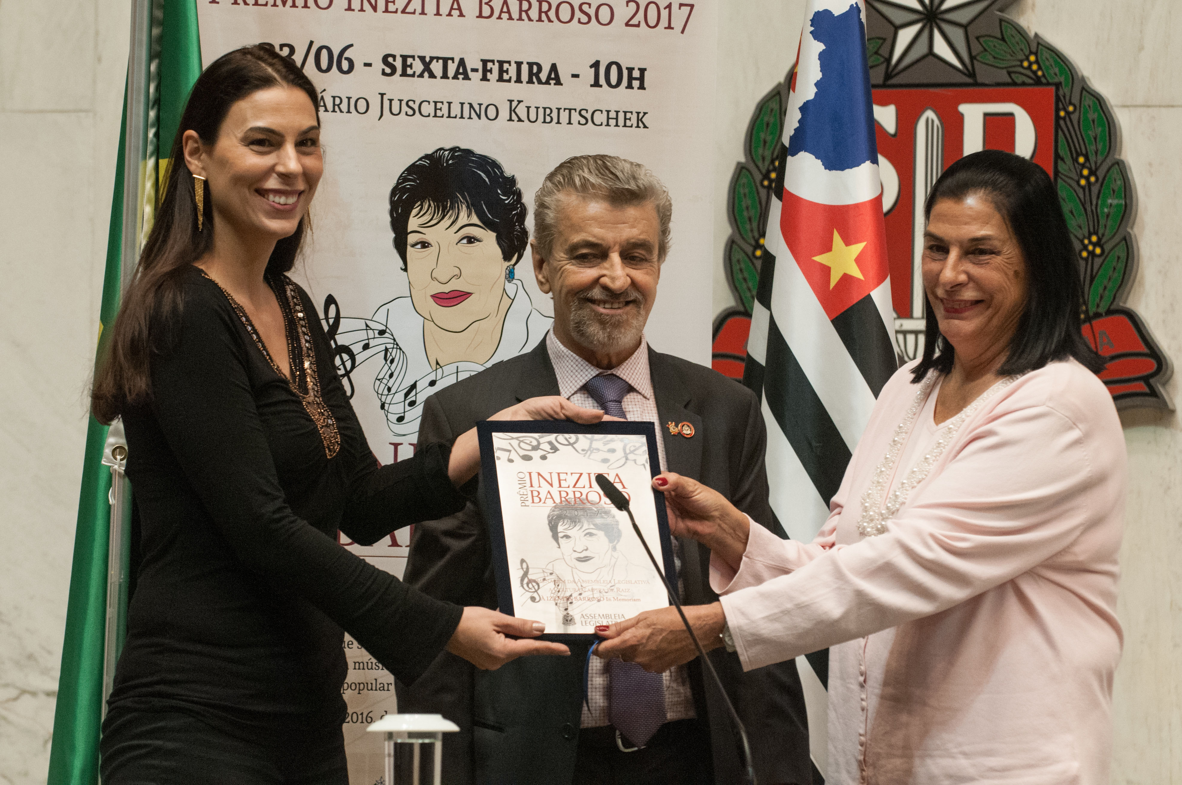 Paula Maia, Marcos Martins e Marta Barroso<a style='float:right' href='https://www3.al.sp.gov.br/repositorio/noticia/N-06-2017/fg204223.jpg' target=_blank><img src='/_img/material-file-download-white.png' width='14px' alt='Clique para baixar a imagem'></a>