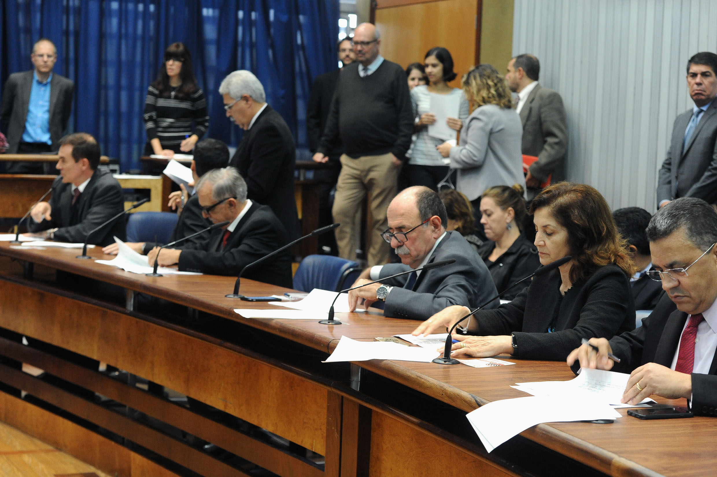 Parlamentares na comissão<a style='float:right' href='https://www3.al.sp.gov.br/repositorio/noticia/N-06-2018/fg224241.jpg' target=_blank><img src='/_img/material-file-download-white.png' width='14px' alt='Clique para baixar a imagem'></a>