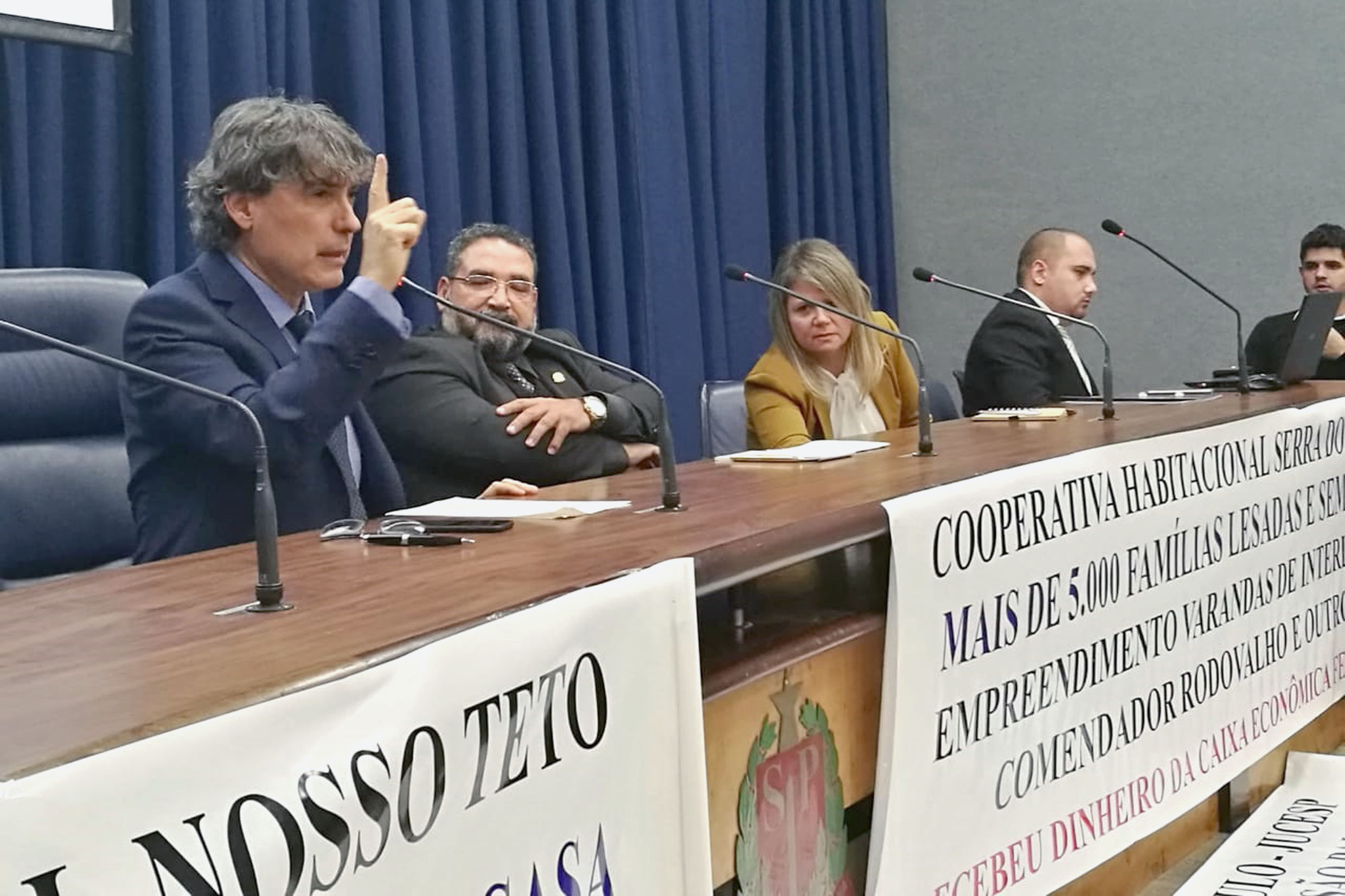 Carlos Giannazi (ao microfone)<a style='float:right' href='https://www3.al.sp.gov.br/repositorio/noticia/N-06-2018/fg224609.jpg' target=_blank><img src='/_img/material-file-download-white.png' width='14px' alt='Clique para baixar a imagem'></a>