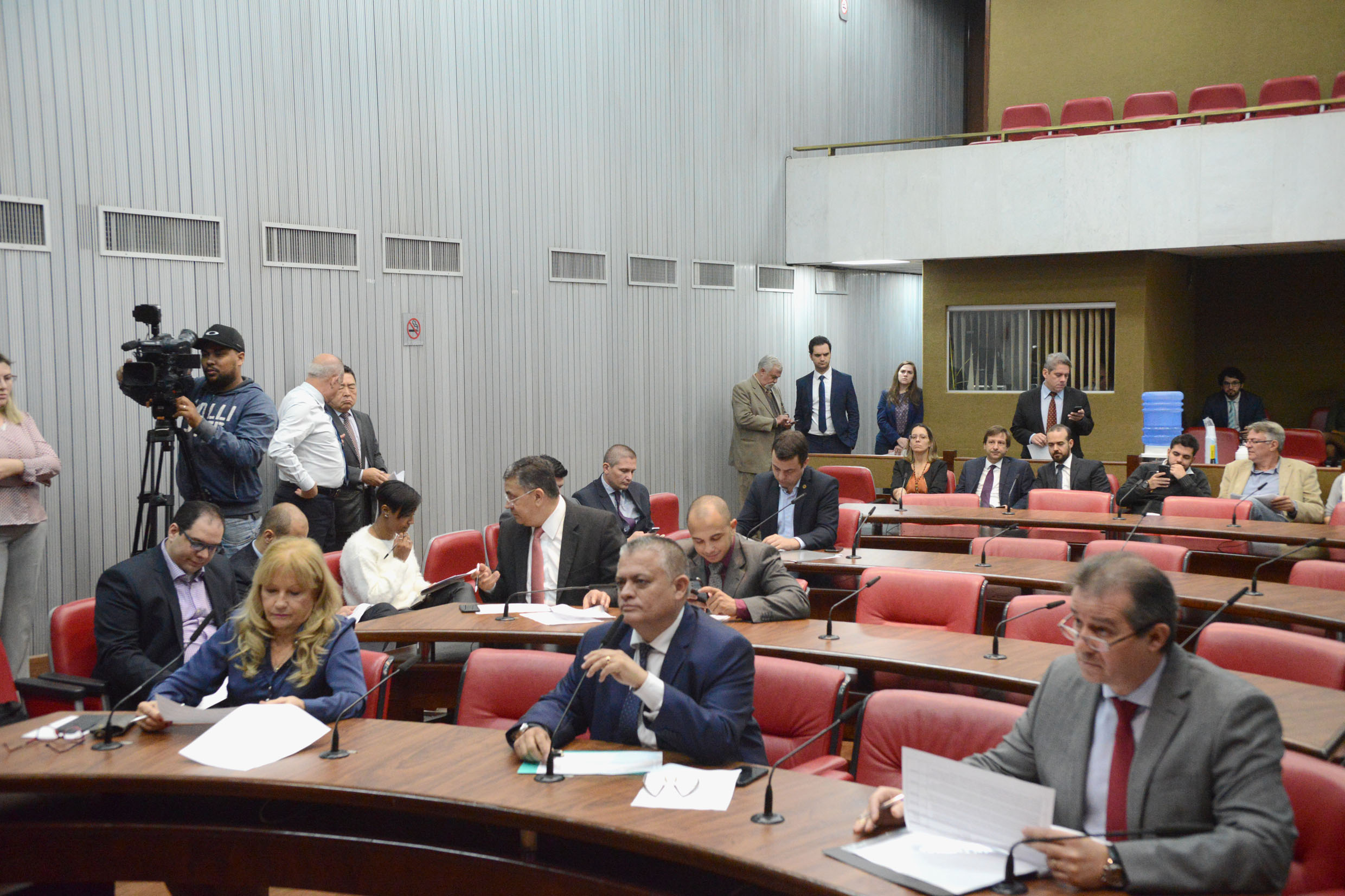 Parlamentares na comissão<a style='float:right' href='https://www3.al.sp.gov.br/repositorio/noticia/N-06-2019/fg235723.jpg' target=_blank><img src='/_img/material-file-download-white.png' width='14px' alt='Clique para baixar a imagem'></a>