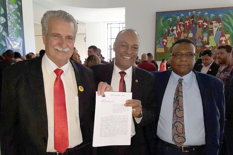Celso Nascimento com o prefeito José Maria e o presidente do PSC de Piraju, Albertino<a style='float:right' href='https://www3.al.sp.gov.br/repositorio/noticia/N-07-2017/fg204747.jpg' target=_blank><img src='/_img/material-file-download-white.png' width='14px' alt='Clique para baixar a imagem'></a>