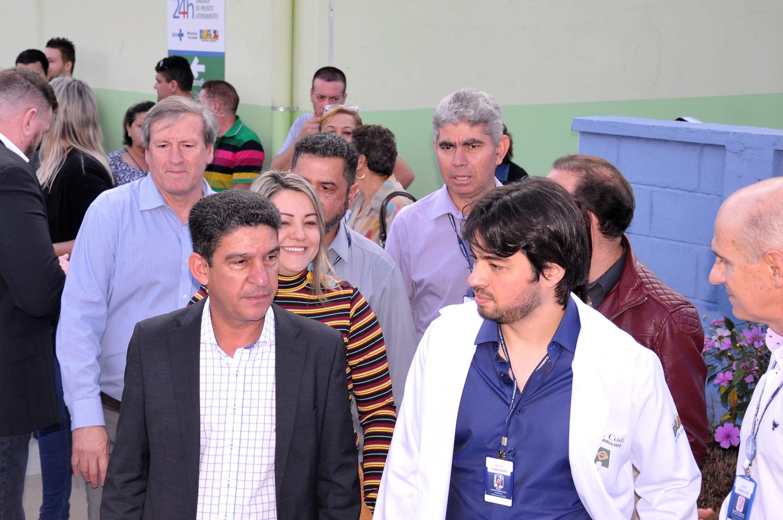 Gileno Gomes, vereadora Sandra, prefeito Guti e secretário Sérgio Iglesias<a style='float:right' href='https://www3.al.sp.gov.br/repositorio/noticia/N-07-2017/fg205215.jpg' target=_blank><img src='/_img/material-file-download-white.png' width='14px' alt='Clique para baixar a imagem'></a>